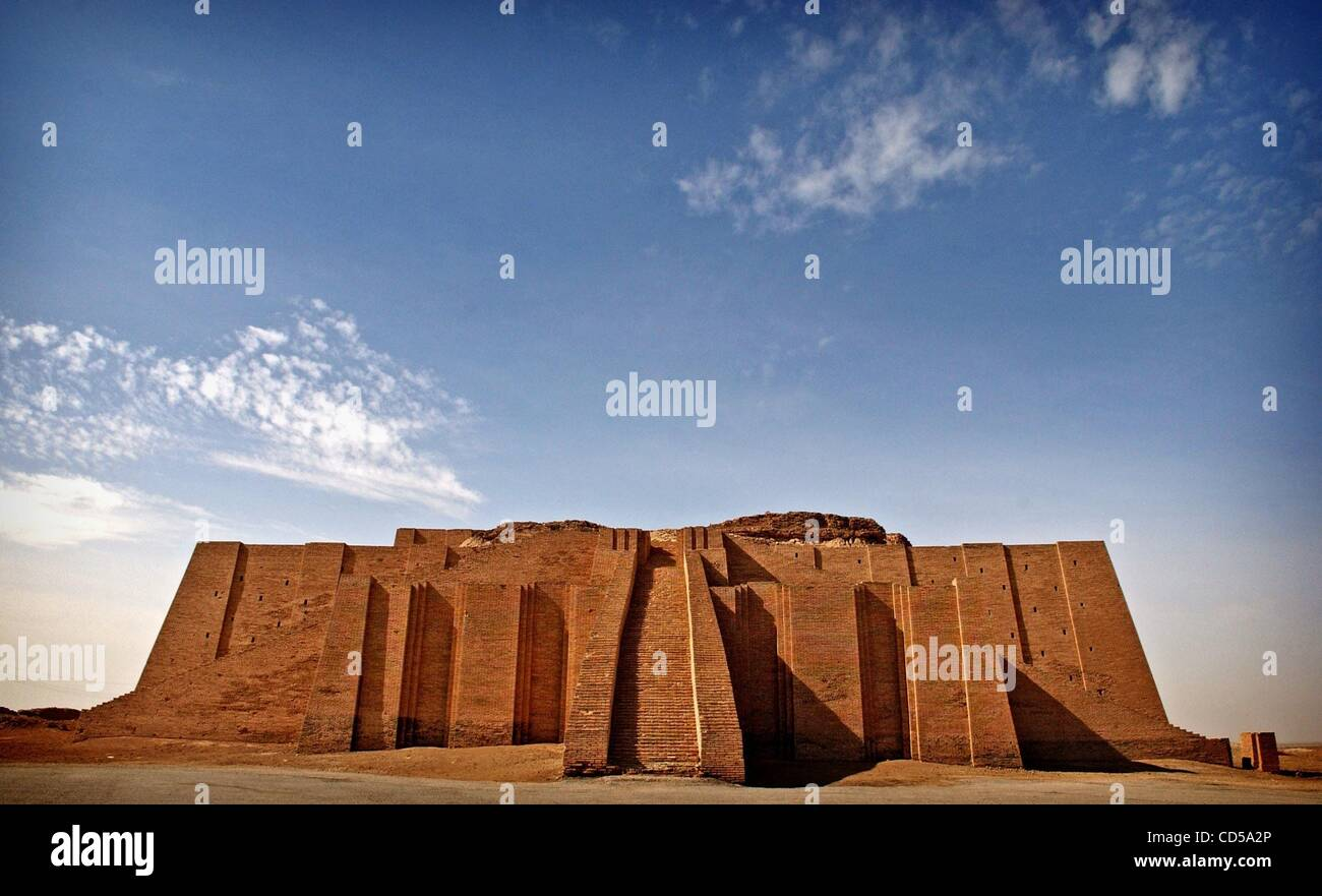 Mar 01, 2008 - Tallil, Iraq - On the outskirts of Camp Adder, a logistics base in southern Iraq, is the Ziggurat Stock Photo