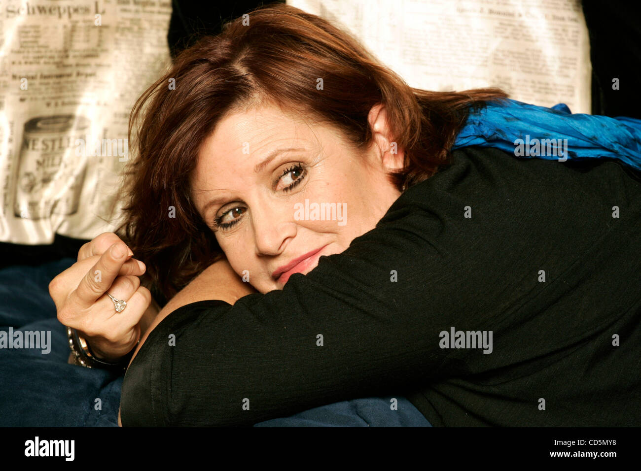 Aug 26, 2008 - Beverly Hills, California, USA - CARRIE FISHER at her home in Beverly Hills flips the middle finger. - Stock Image