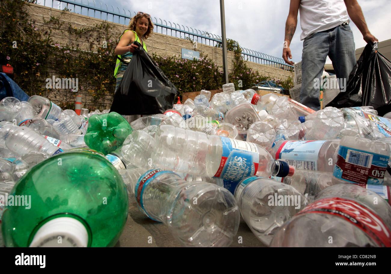 Burbank Recycling Center >> Apr 14 2008 Burbank Ca Usa Anna Cummins Collects