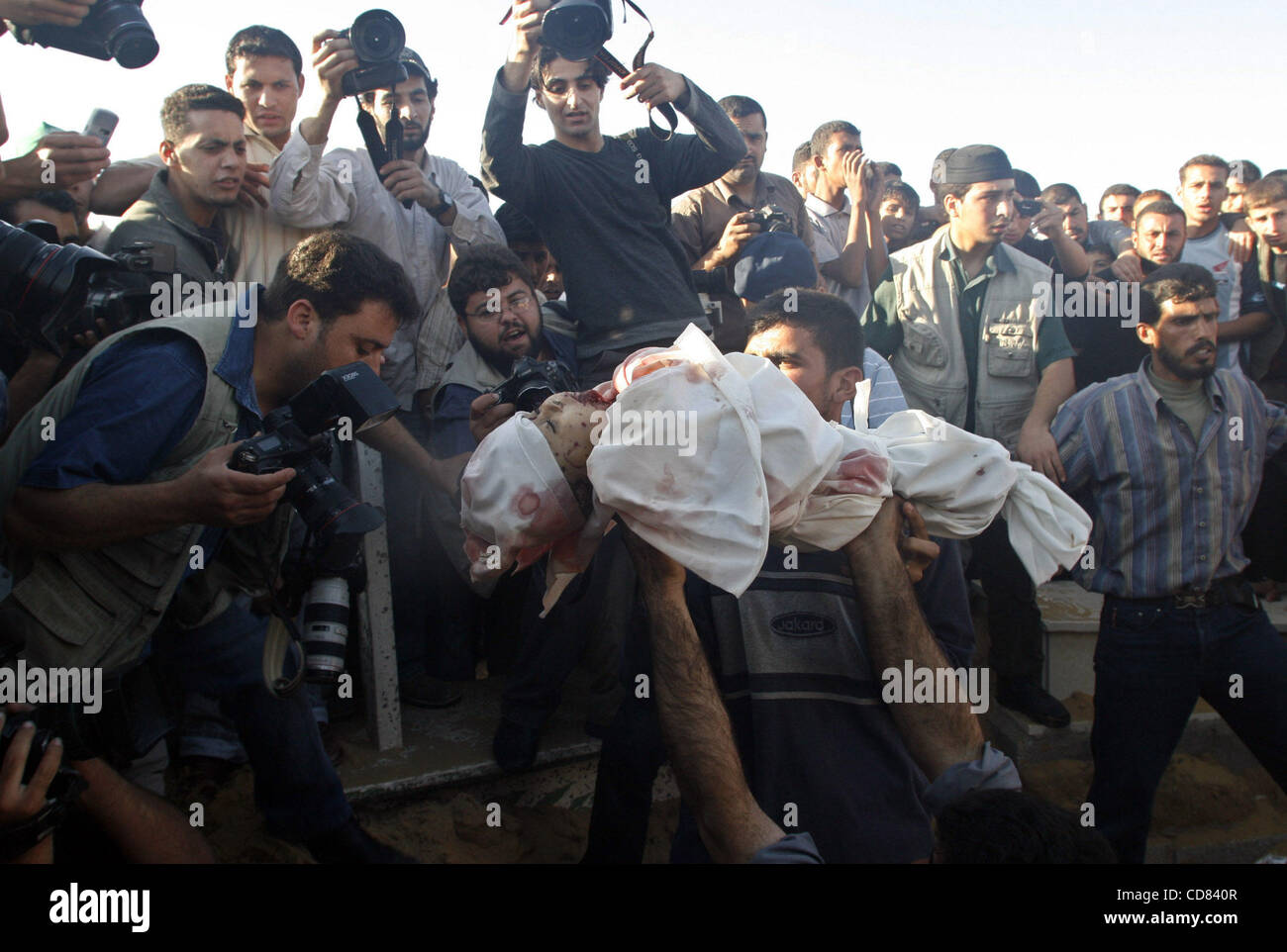 Apr 28, 2008 - Beit Lahia, Gaza - Mourners bury the bodies of two Palestinian children from Abu Maateq family at - Stock Image