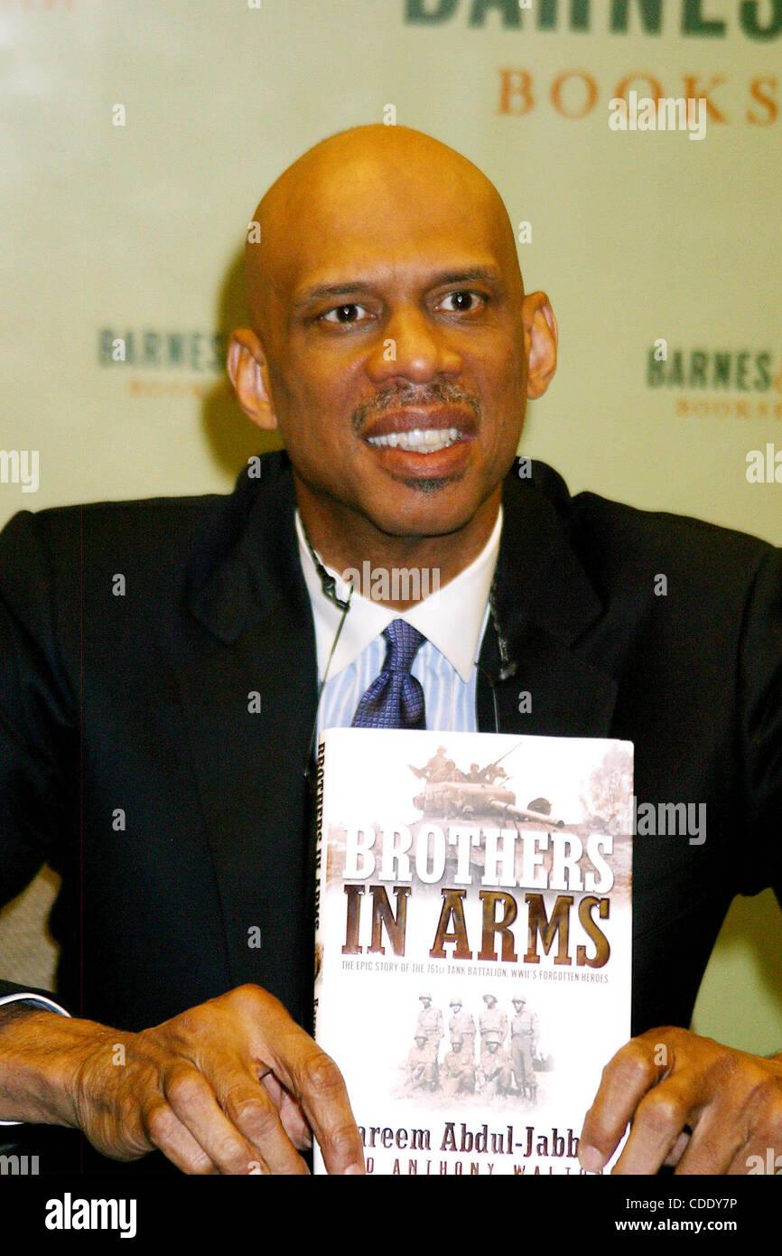 Jan. 1, 2011 - New York, New York, U.S. - K37067RM.KAREEM ABDUL-JABBAR SIGNS COPIES OF HIS BOOK ''BROTHERS - Stock Image