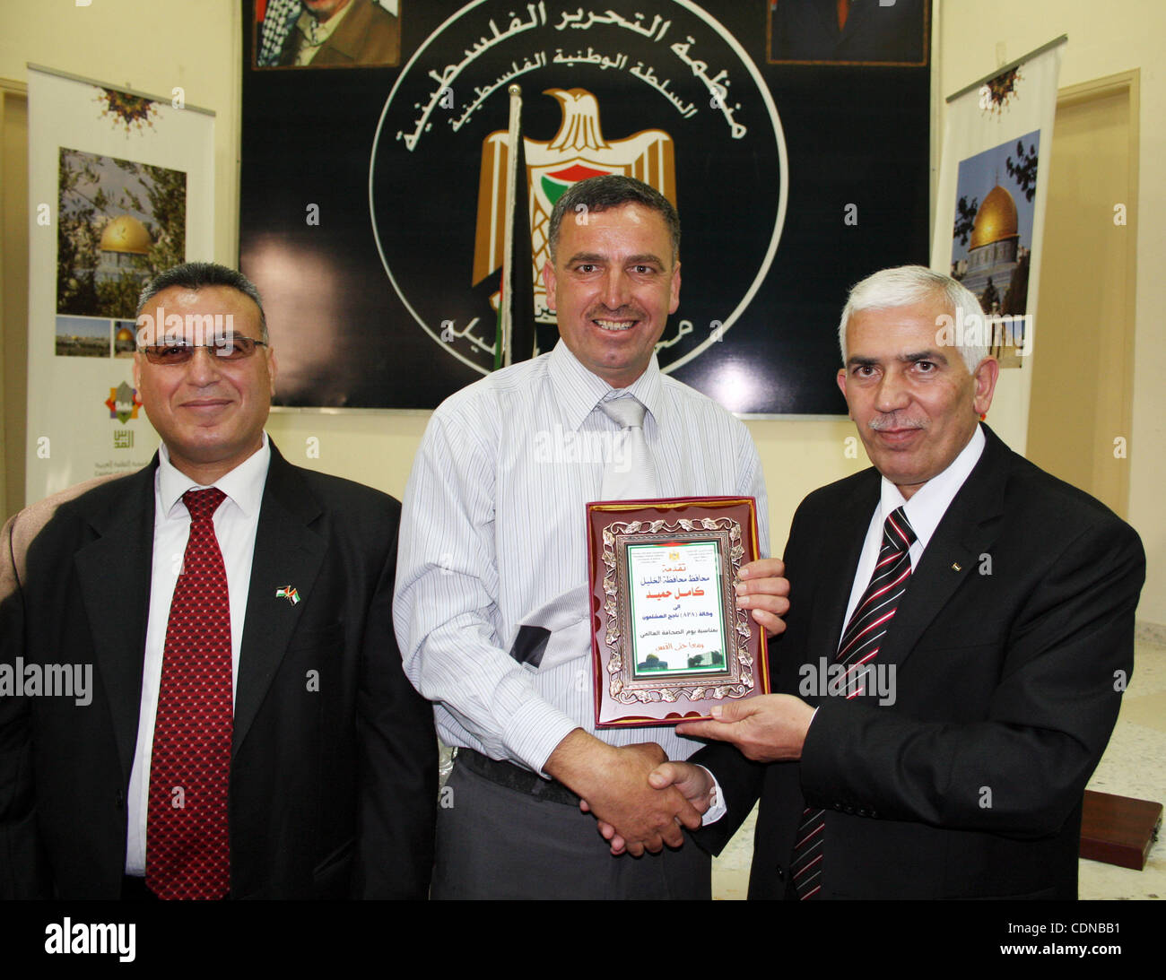 Palestinian Hebron governor, Kamel Hamed honors APAimages photojournalist Najeh Hashlamoun in occasion of Journalist - Stock Image