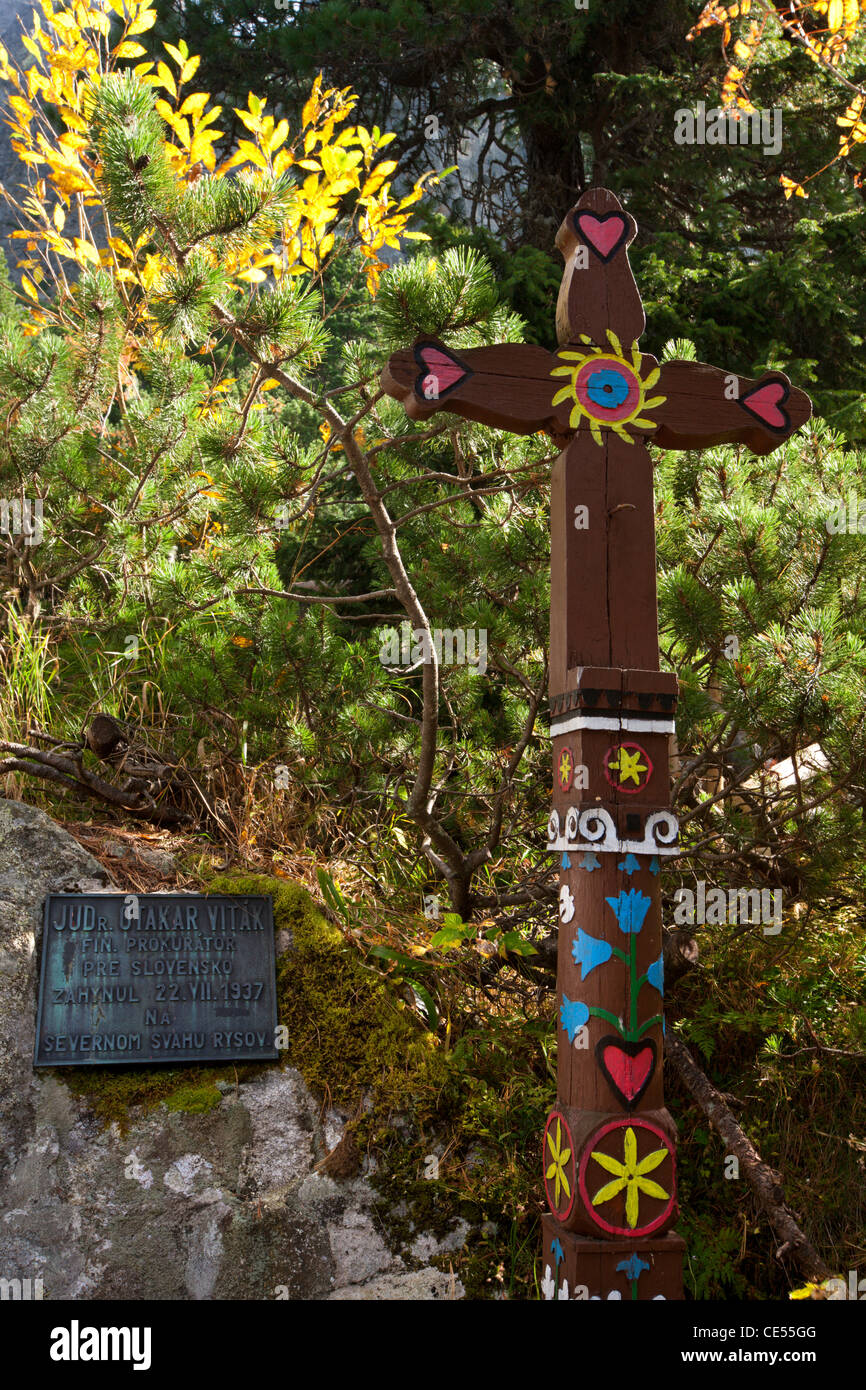 Memorial plaque and wooden cross remembering a mountain climber in the Symbolic Cemetery, High Tatras, Slovakia, - Stock Image