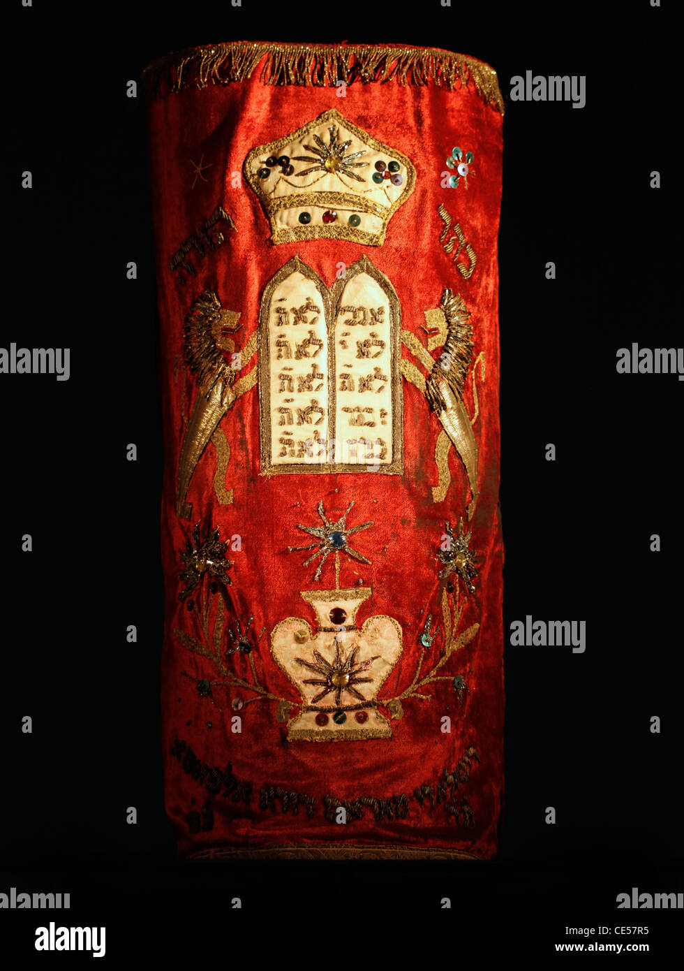 A richly embroidered mantle covers the sacred Torah Jewish scrolls - Stock Image