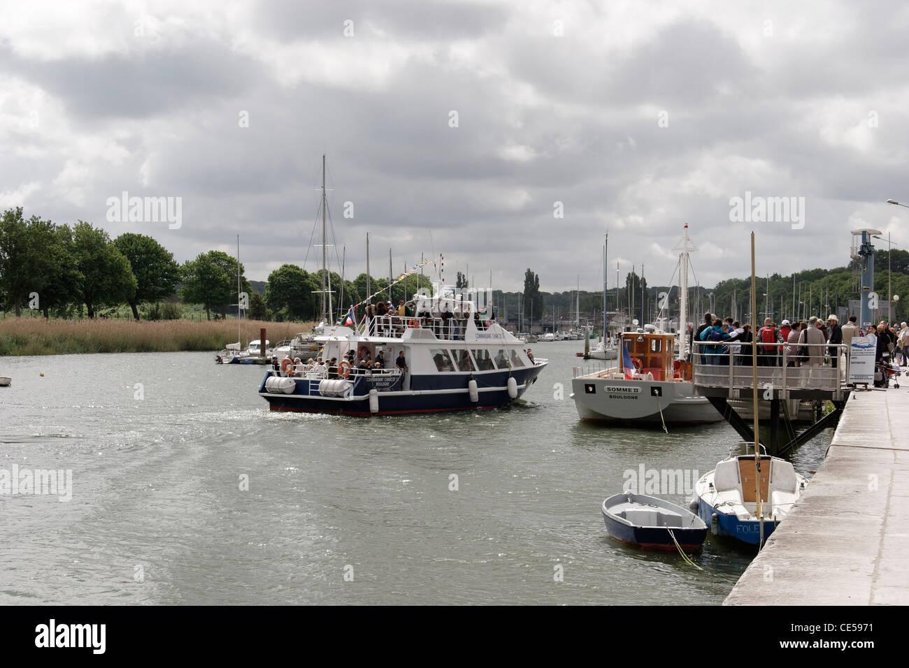 Pleasure boat entering (Bateaux promenade entrant) Saint-Valery-sur-Somme. - Stock Image