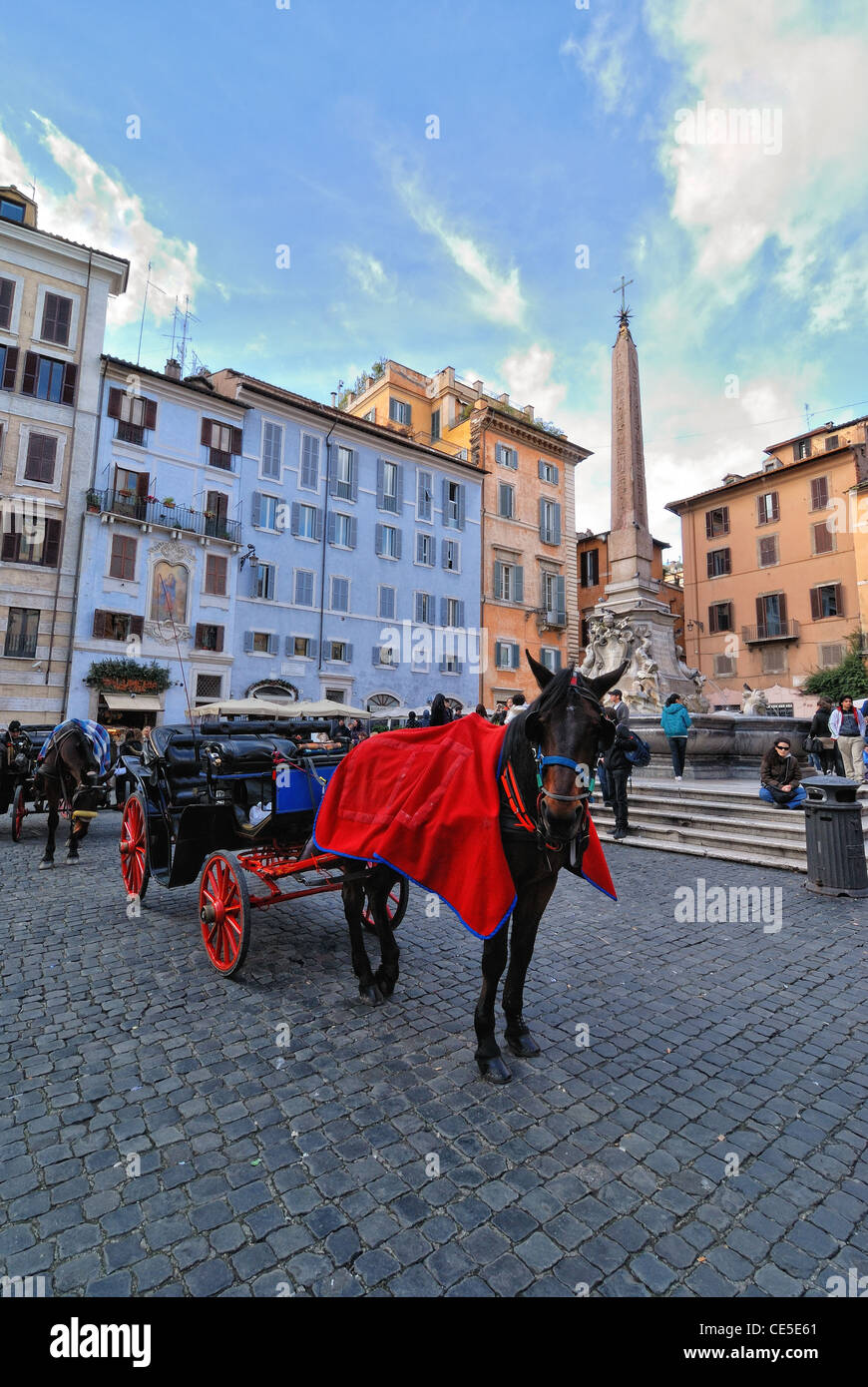 italia roma piazza del pantheon obelisco egitto ramesse fontana carrozza cavallo - Stock Image
