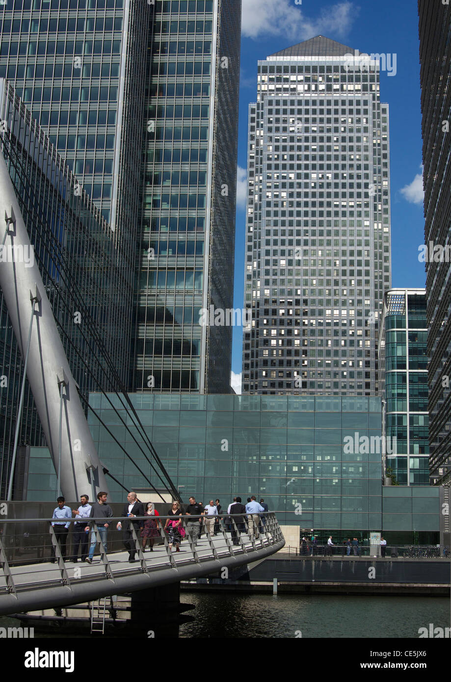People on foot bridge in front of One Canada Square, Canary Wharf, London Docklands, England. - Stock Image