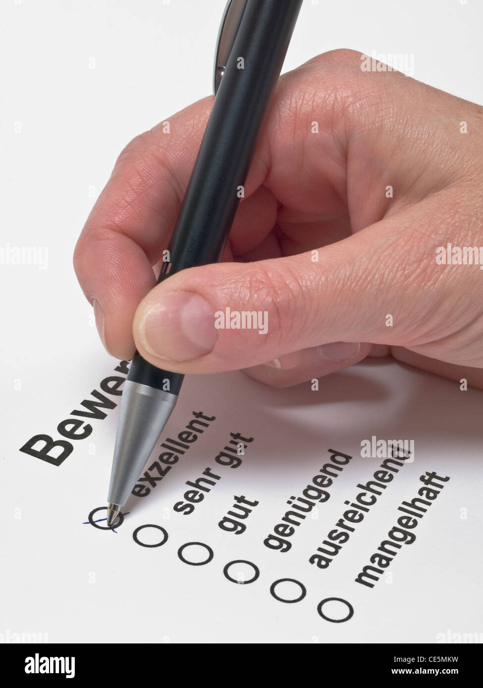 auf einem Bewertungsbogen wird 'exzellent' angekreuzt | excellent is marking with a cross on an evaluation - Stock Image