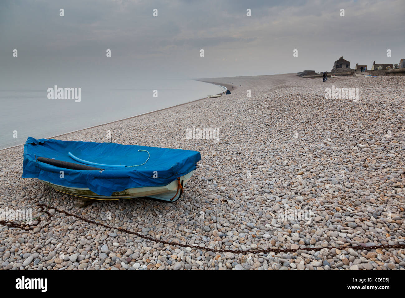 Sparsely populated Chesil Beach in winter, Dorset, looking west. - Stock Image