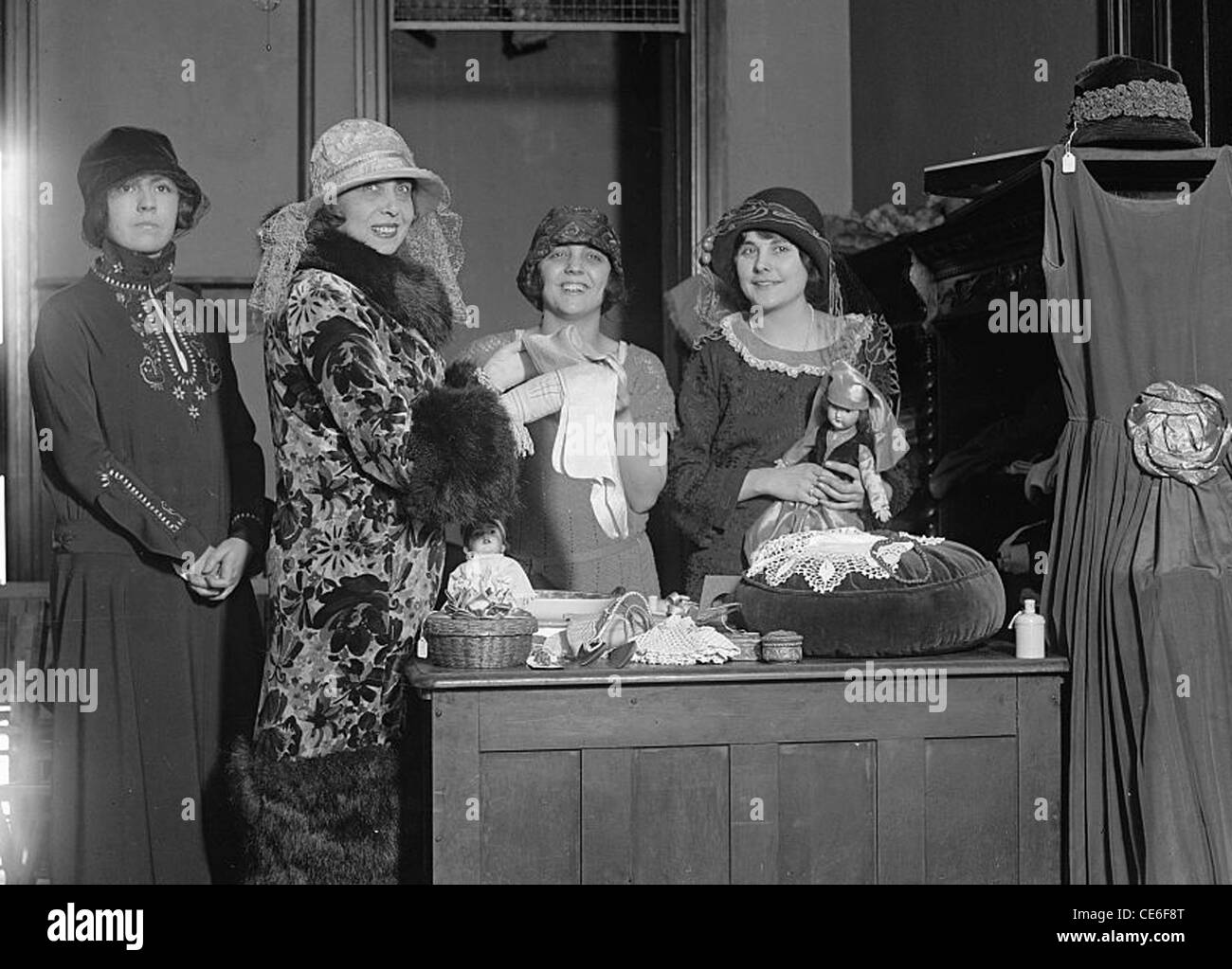 MISTINGUETT (1875-1956) French actress and singer in a New York fashion store in 1924 - Stock Image