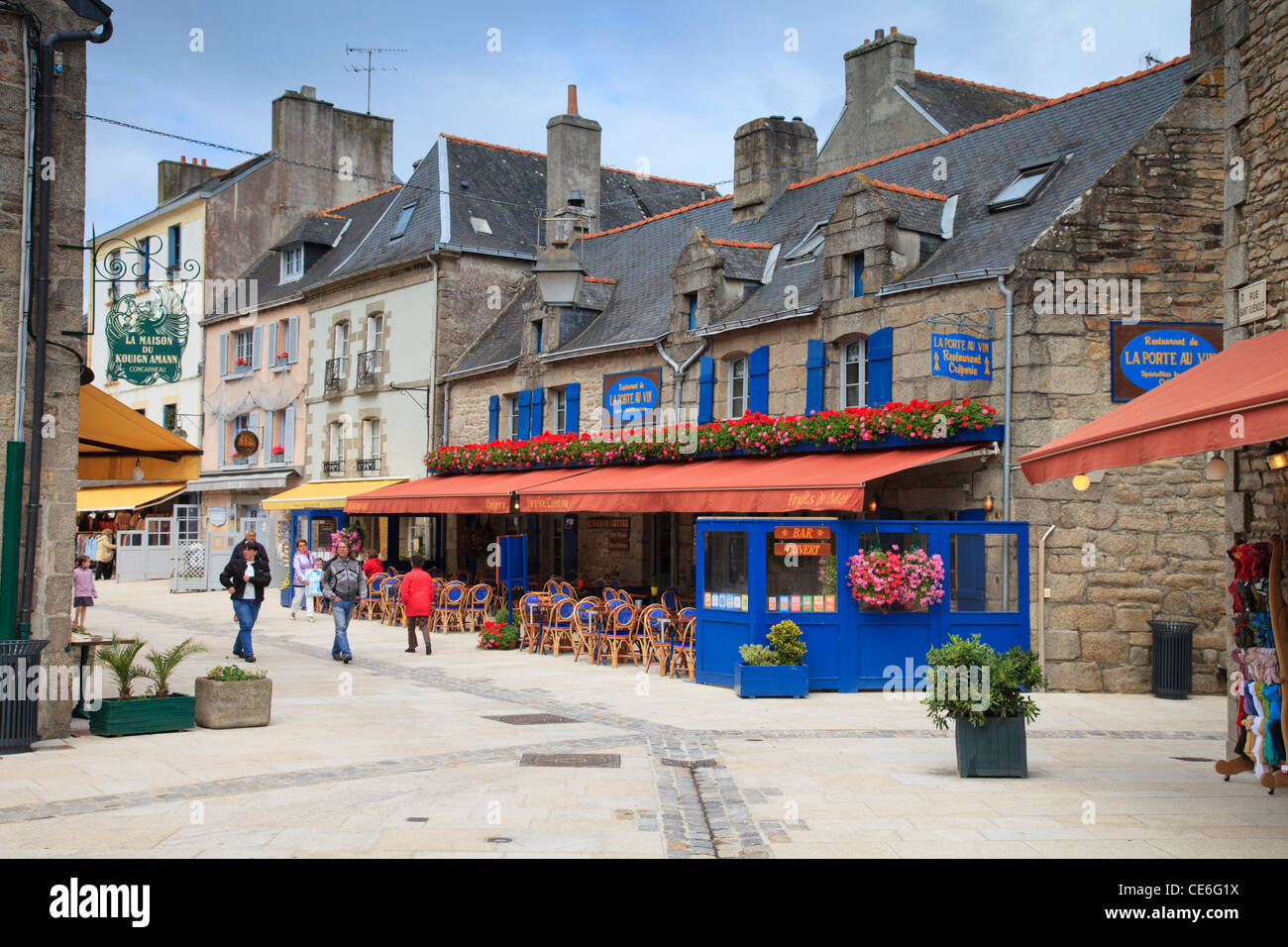 People strolling amongst the shops and restaurants in the Ville Close, the historic quarter of Cocarneau, Brittany, - Stock Image