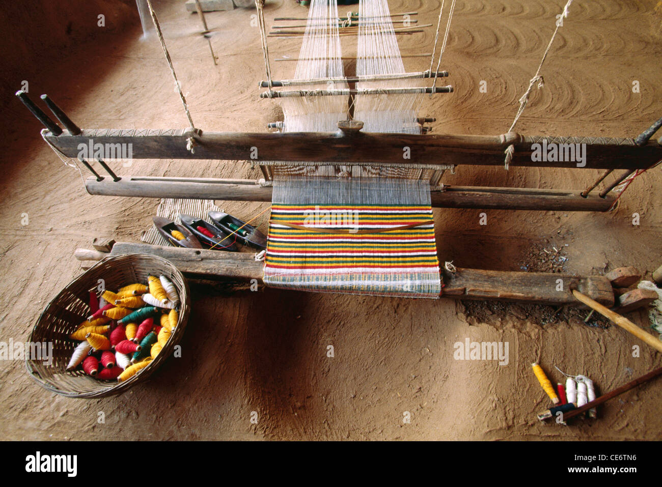 HPA 85103 : handloom machine making carpet with white warp thread and colourful weft yarn india