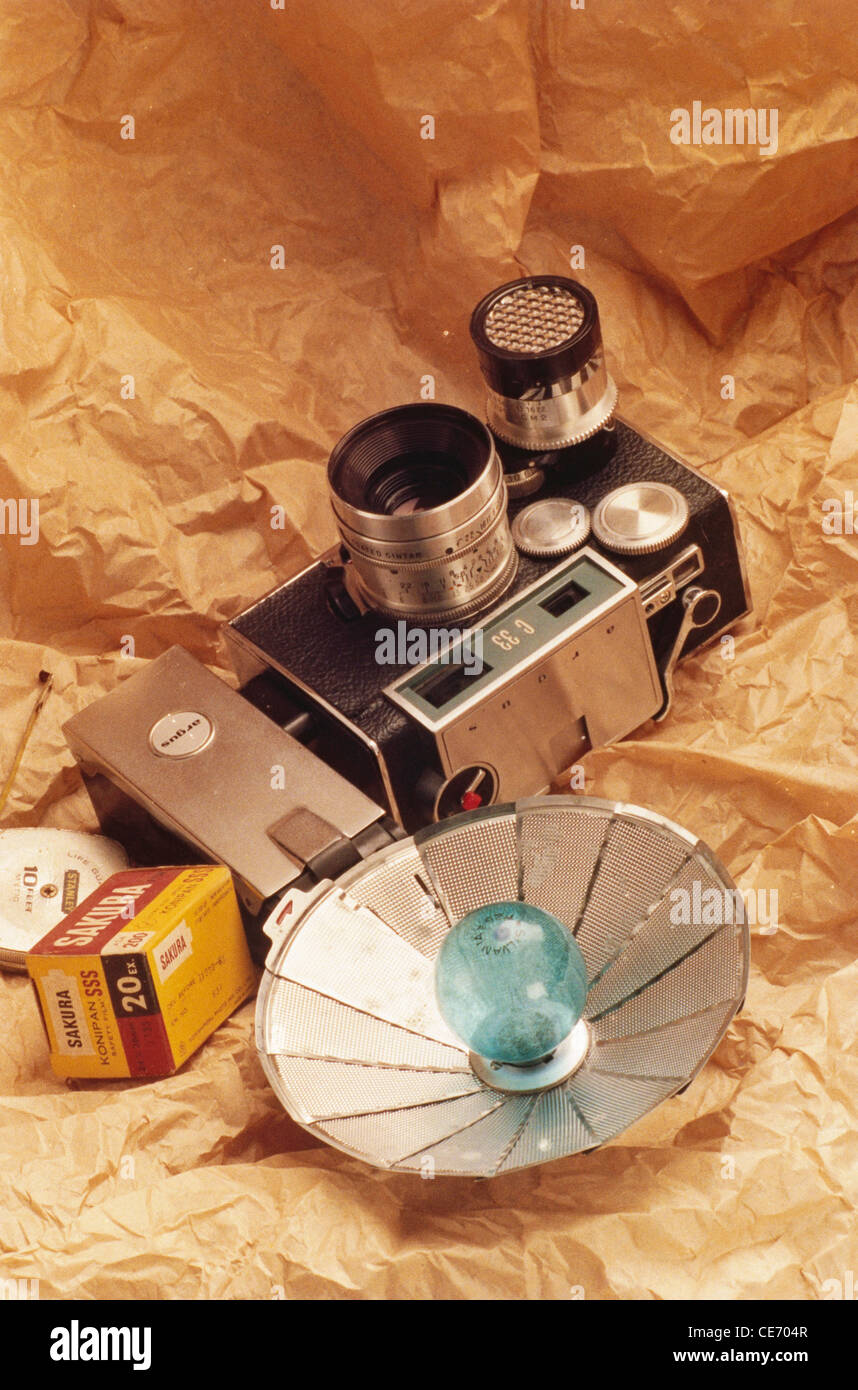 AAD 83950 : old antique argus camera flash bulb sakura film roll - Stock Image