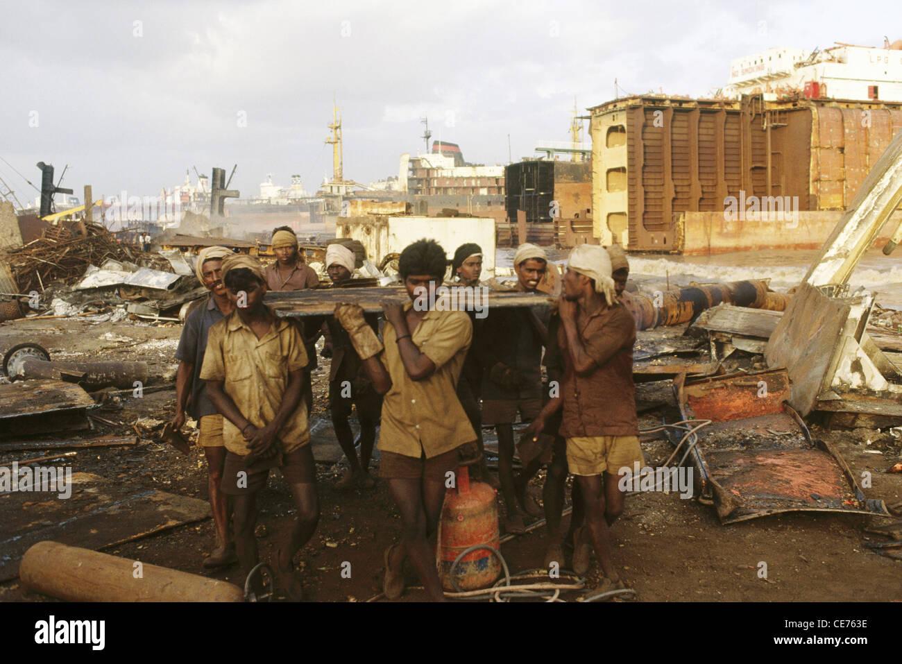 RVA 83129 : indian men carrying metal scrap alang ship breaking yard gujarat india - Stock Image