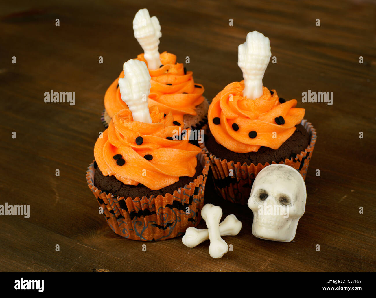 Cupcakes decorated with white chocolate skeleton parts for Halloween - Stock Image