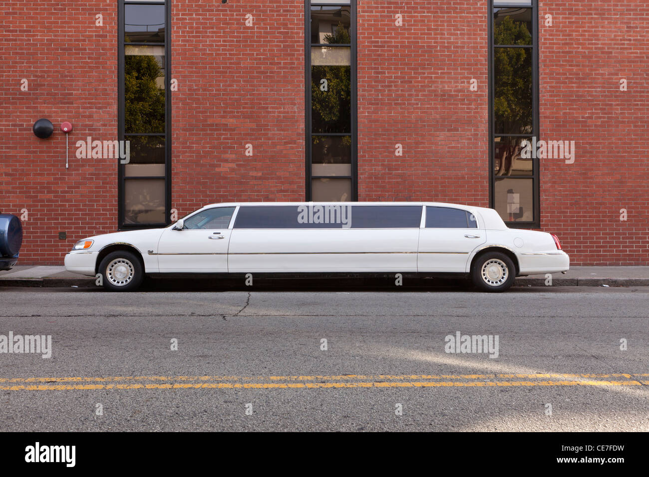 White limousine parked next to building - USA - Stock Image
