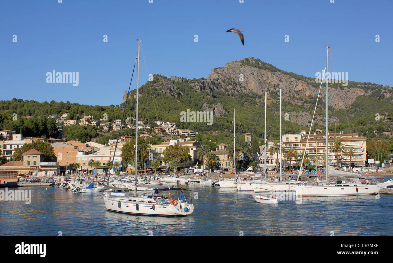 Scene - with sailing yacht entering Puerto Soller / Port of Soller, North West Mallorca / Majorca, Balearic Islands Stock Photo