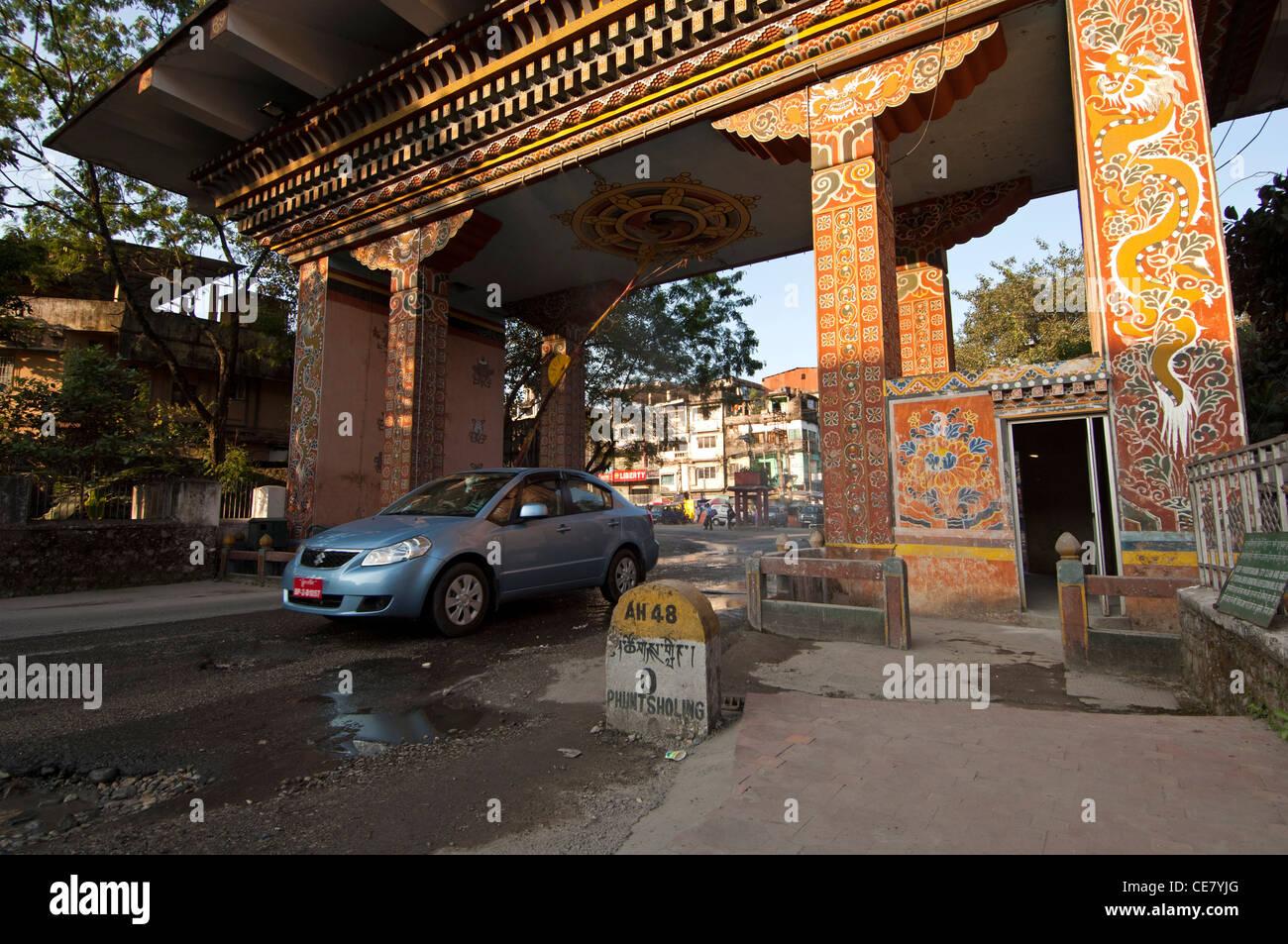 Vehicle crossing the border between India and Bhutan through the Gate of Bhutan, Phuentsholing, Bhutan - Stock Image