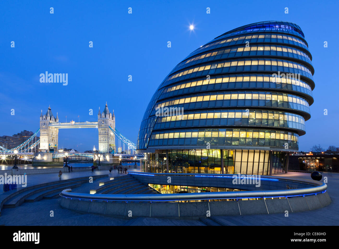 City Hall, headquarters of the Greater London Authority (GLA) and Tower Bridge, London just after sunset - Stock Image