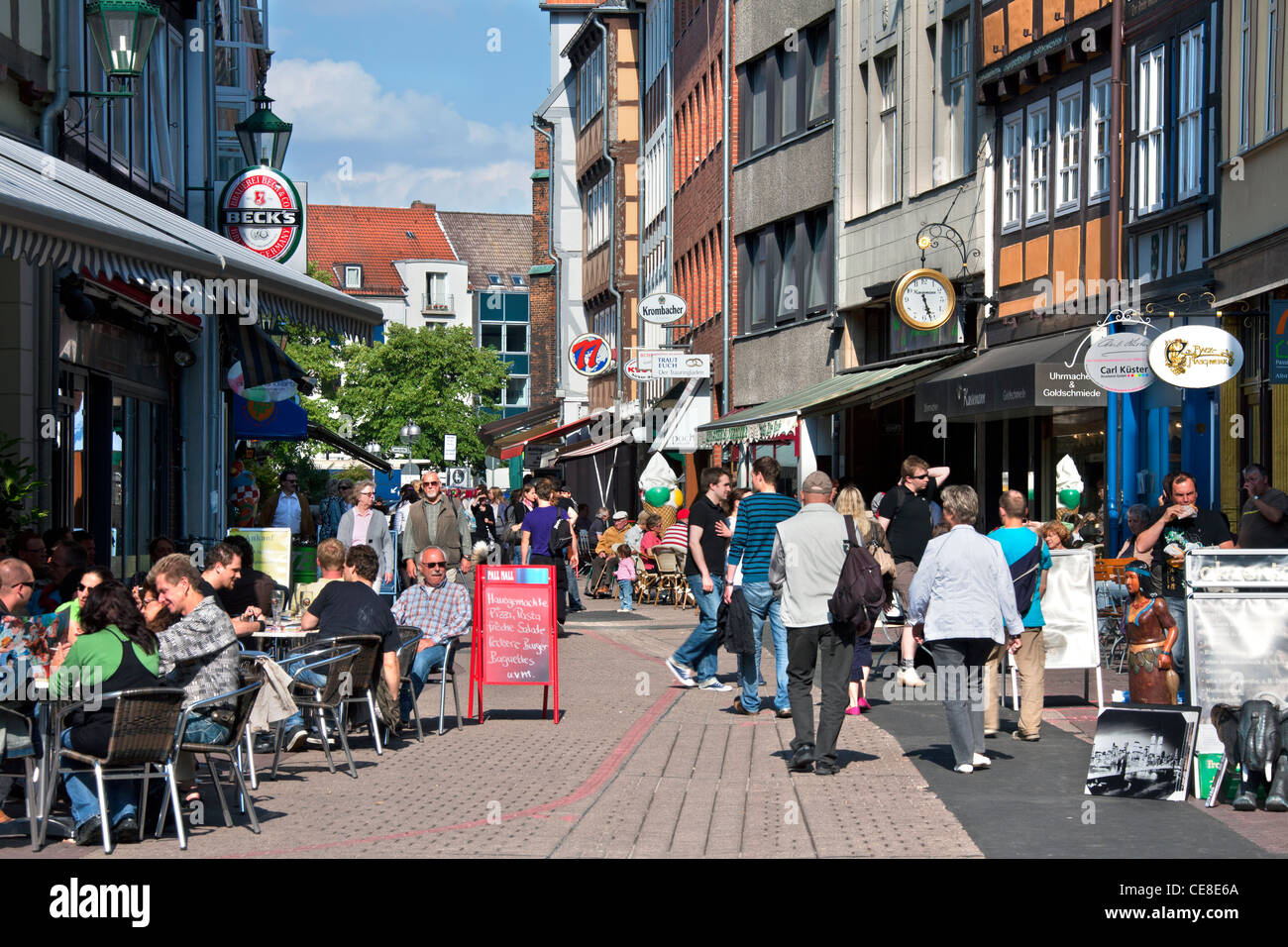 Tourists shopping in the Kramerstraße in the historic old town Hannover, Lower Saxony, Germany - Stock Image