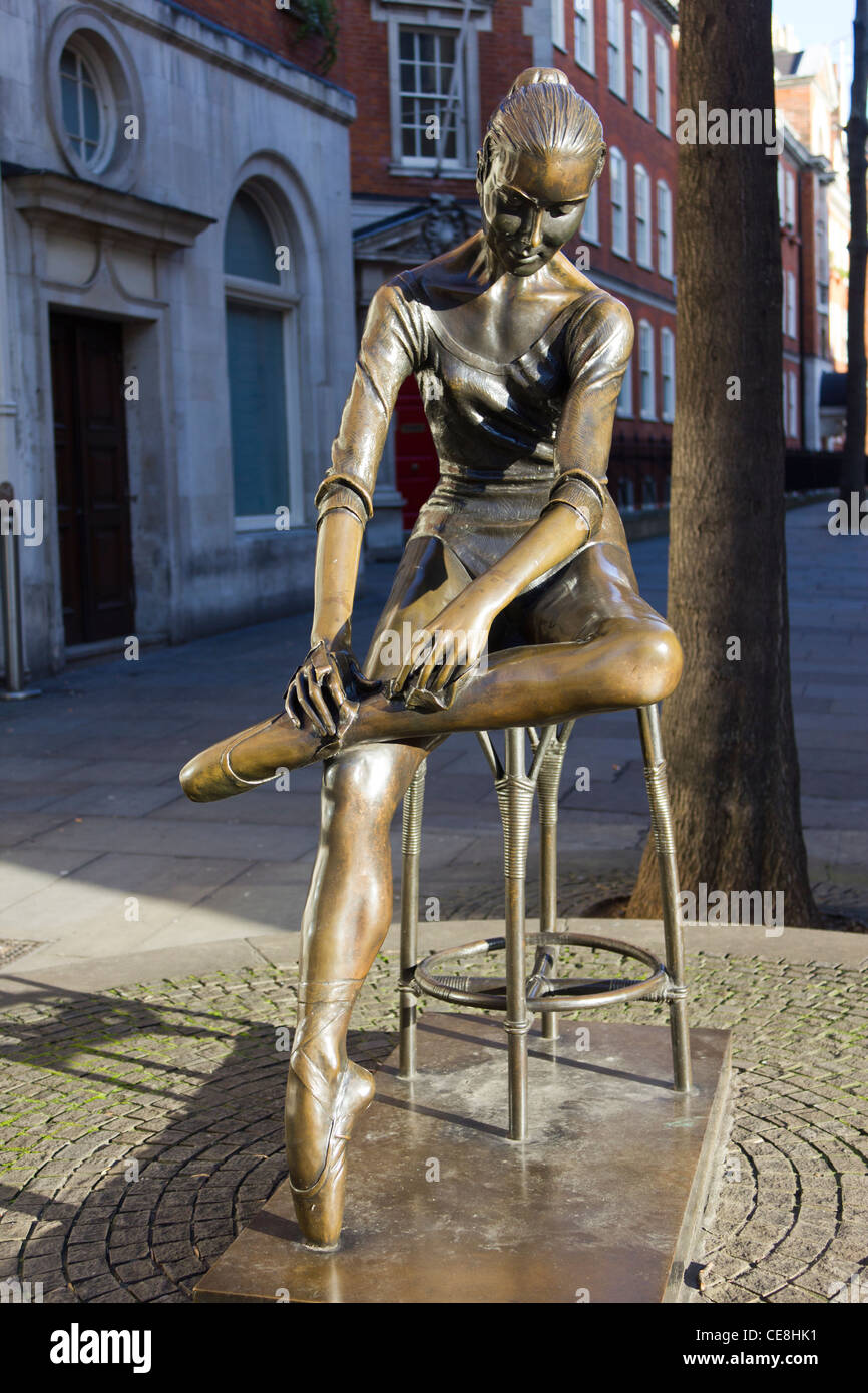 Young Dancer, sculpture by Enzo Plazzotta, erected 1988, Covent Garden, London - Stock Image