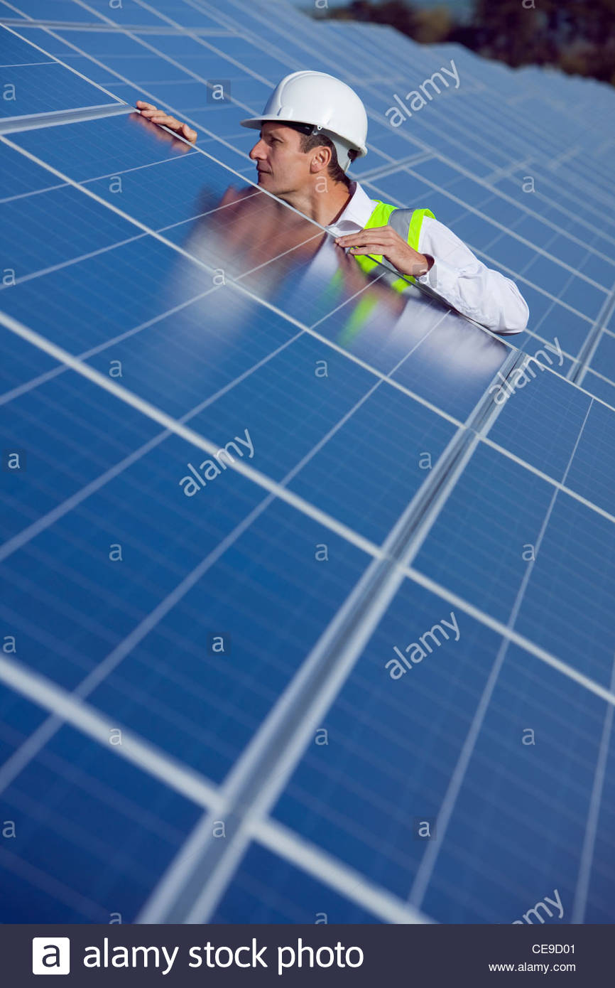 Engineer inspecting solar panels - Stock Image