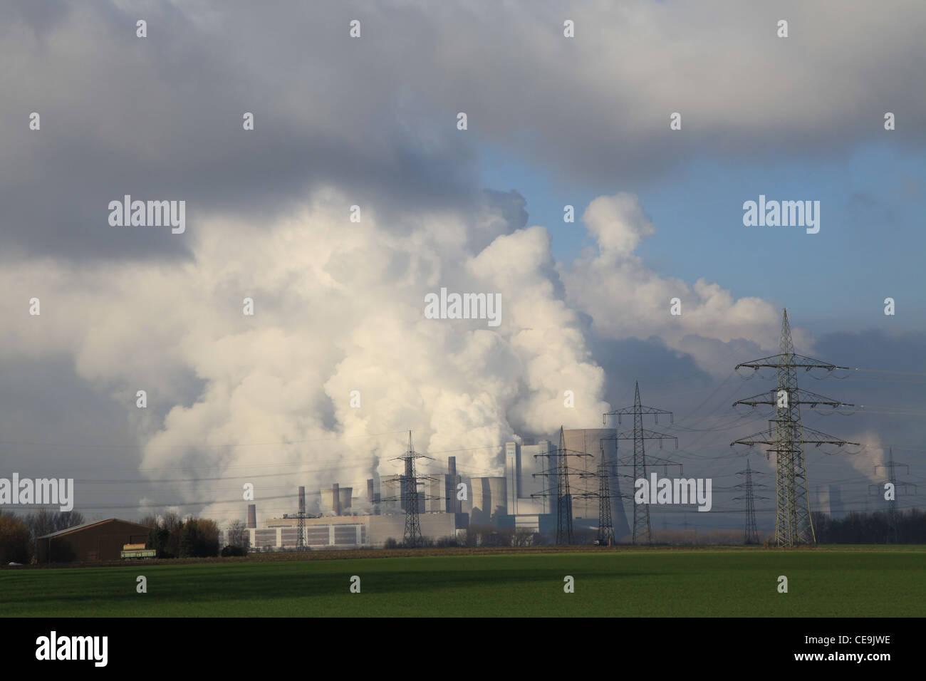 Power Station, Kraftwerk,Industrie,Steam,Dampf,sun,Sonne,blauer Himmel, blue sky,fume,block-unit,Kraftwerksblock,Elektrizität - Stock Image
