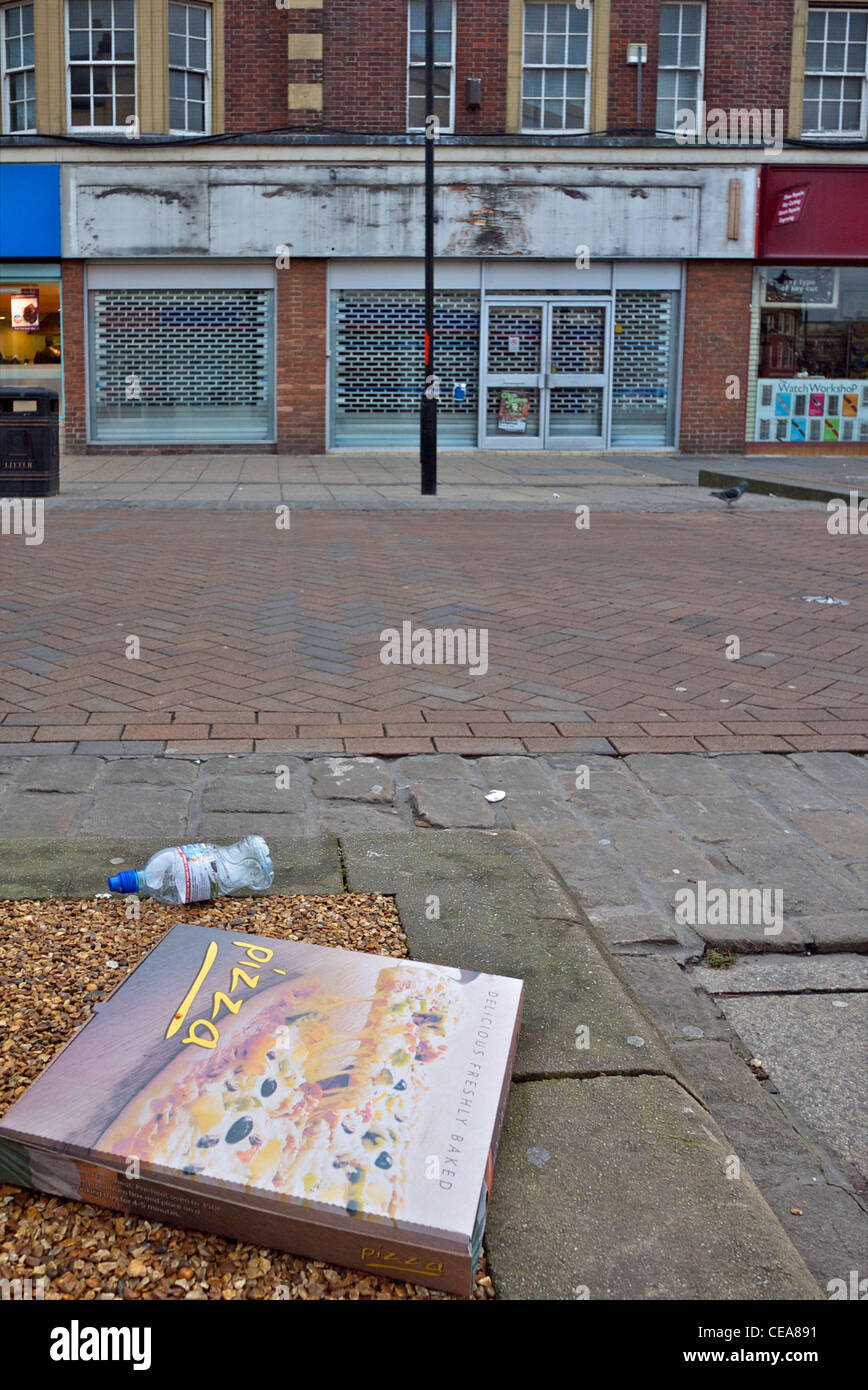 Litter and empty shop unit on UK high street - Stock Image