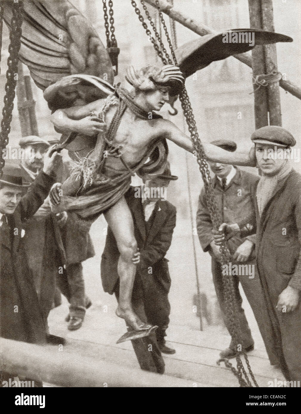 Removal of statue of Eros from Piccadilly Circus, London, England in 1925 during  reconstruction of underground - Stock Image