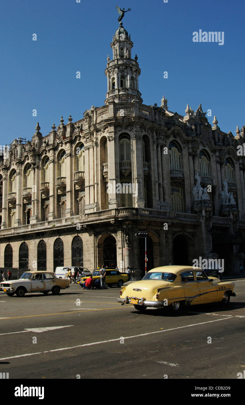 Old neoclassic building and old cars in Havana town, Cuba - Stock Image