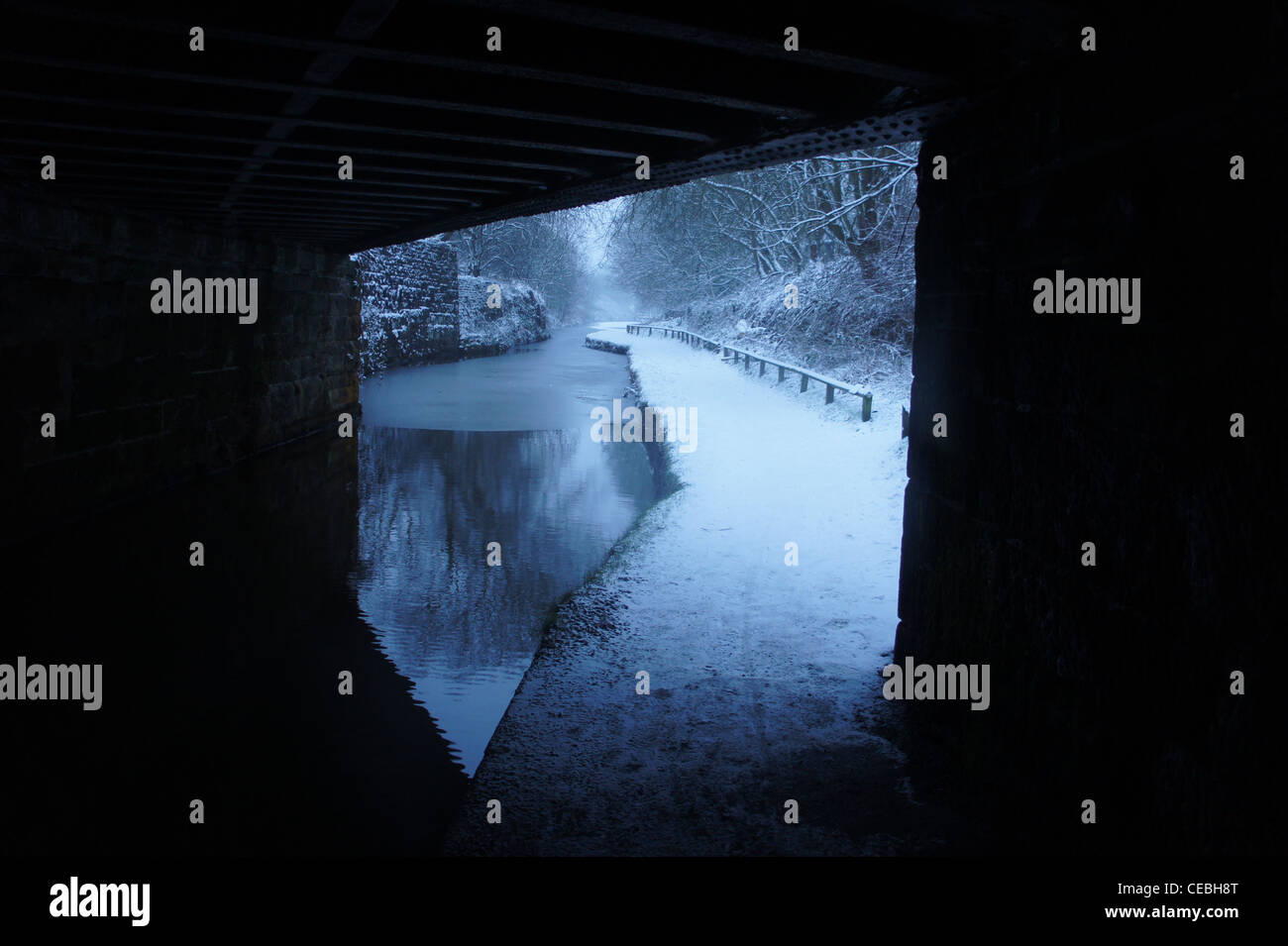 SONY DSC , Under the bridge looking at the snowy towpath. - Stock Image