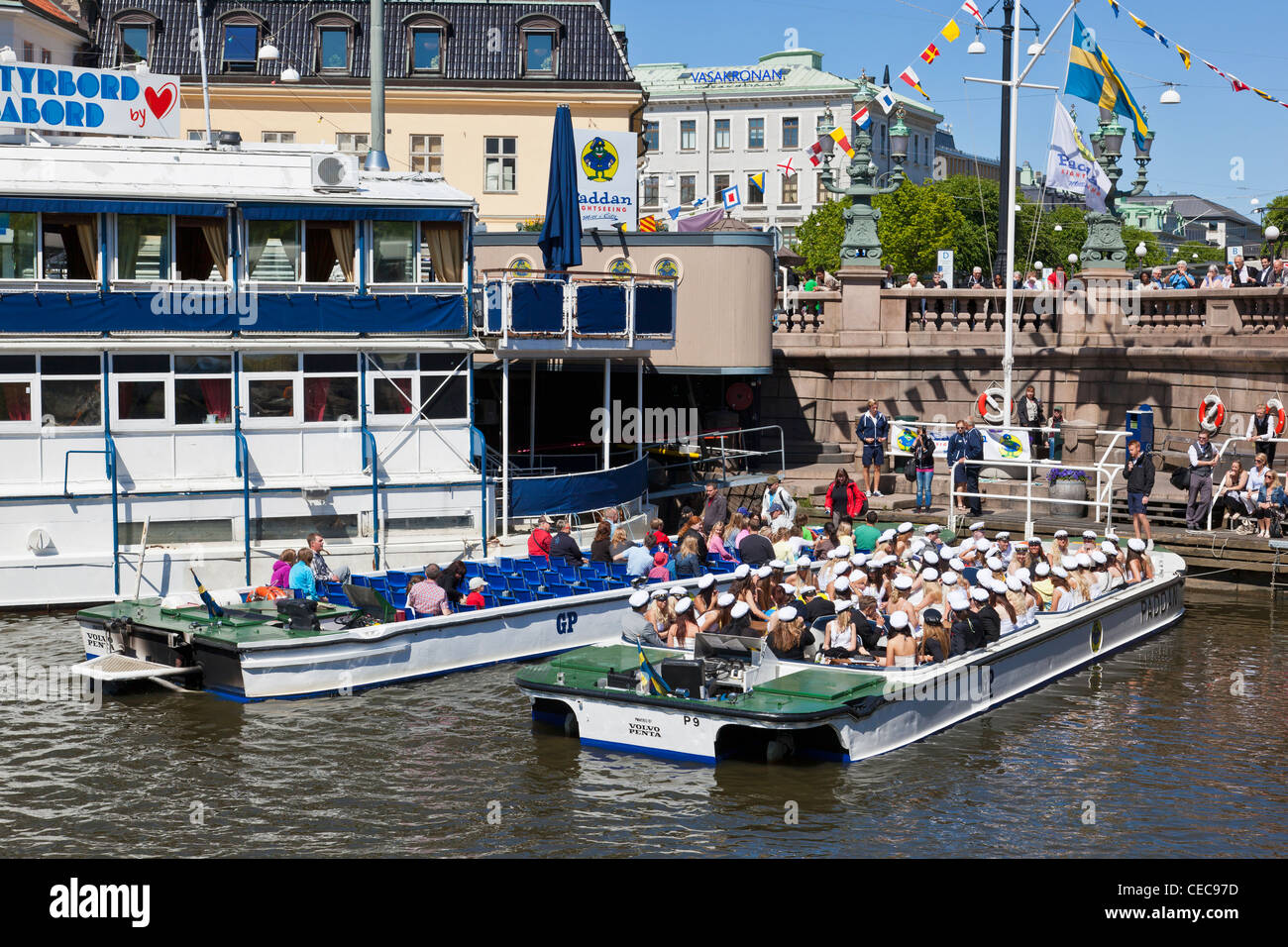 Tourists who travel on sightseeing canal boat Paddan in Gothenburg - Stock Image