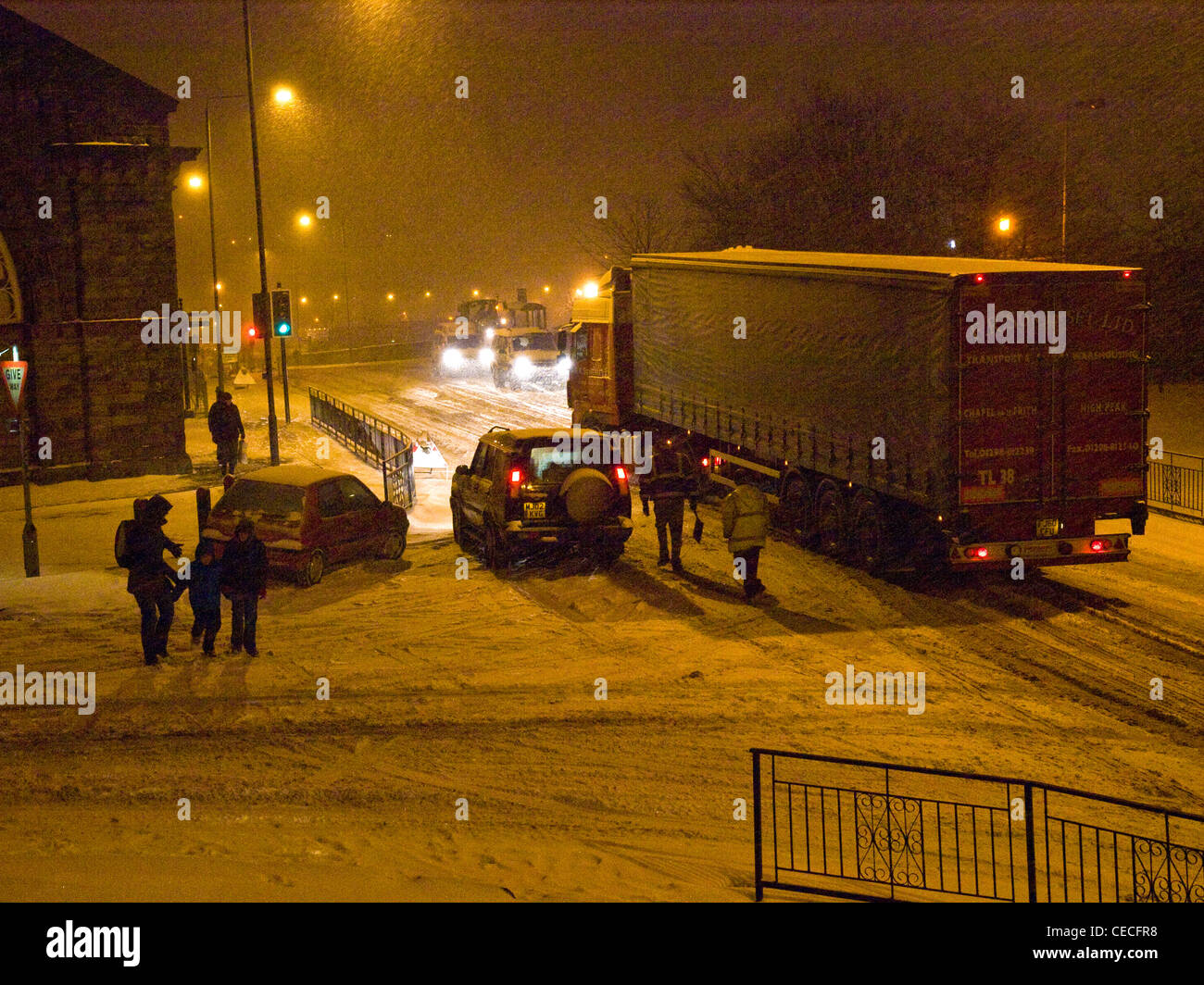 HGV struggling in snow causing traffic problems in Buxton, Derbyshire - Stock Image