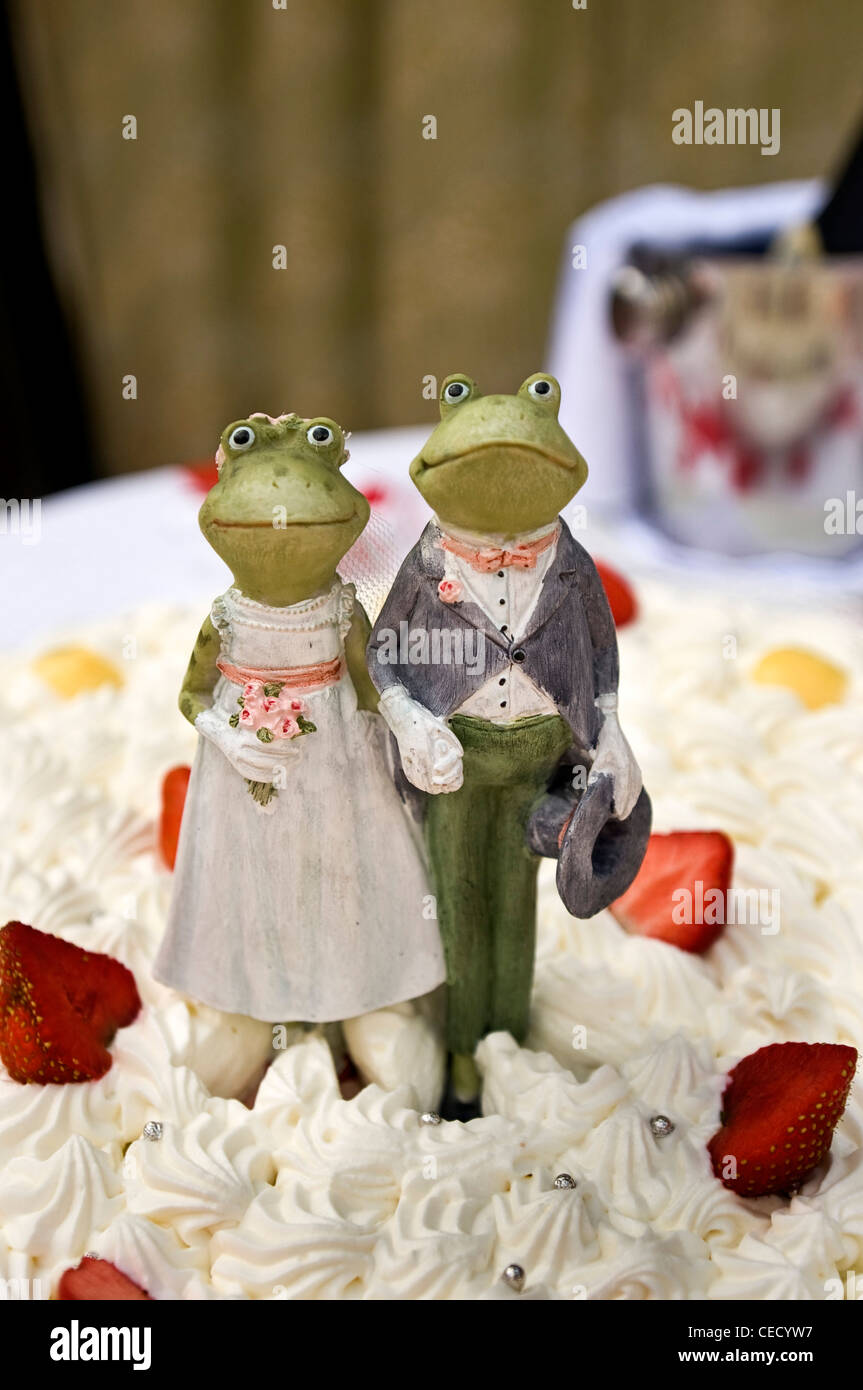 frog wedding cake topper at an italian wedding Stock Photo 43311219