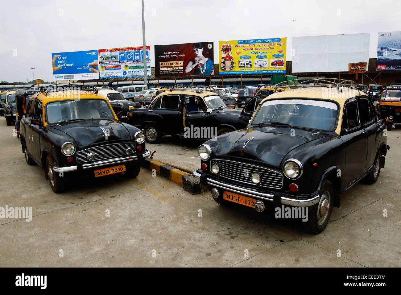 Hindustan Ambassador taxis at Mysore Railway Station, Karnataka, India - Stock Image