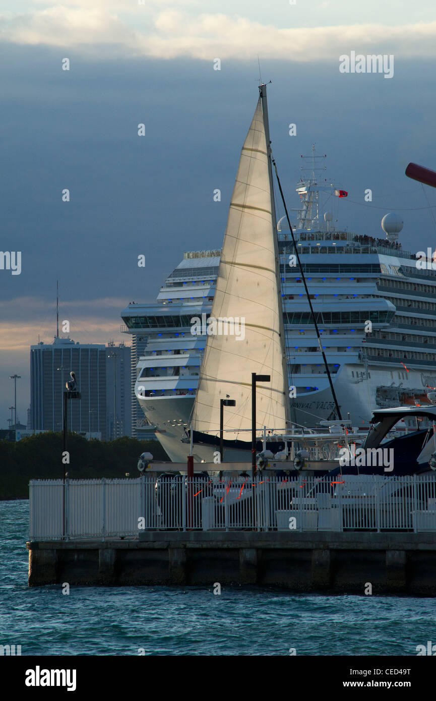 Sail boat in Miami Beach harbor - Stock Image