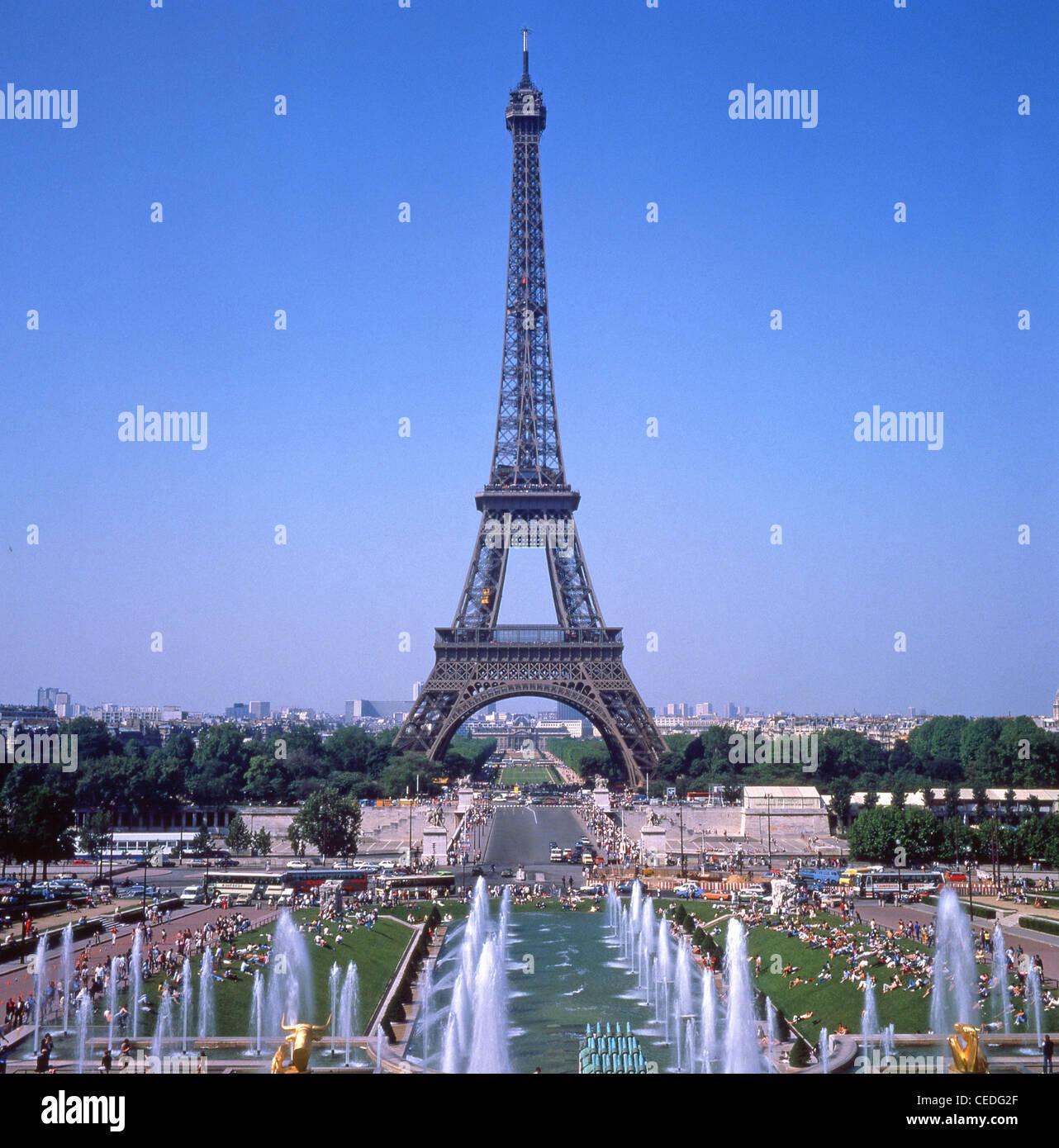 Eiffel Tower and Parc du Champ-de-Mars from The Trocadéro site of Palais de Chaillot, Paris, Île-de-France, - Stock Image