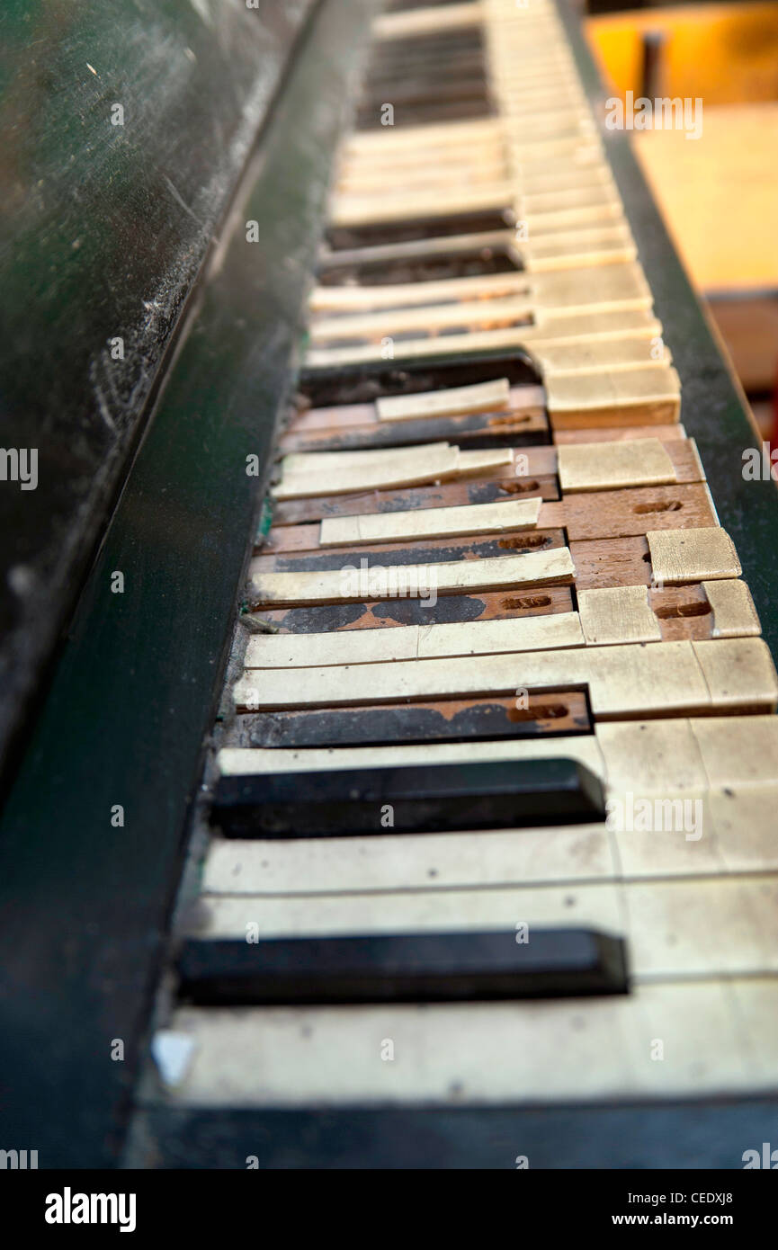 Broken down piano - Stock Image