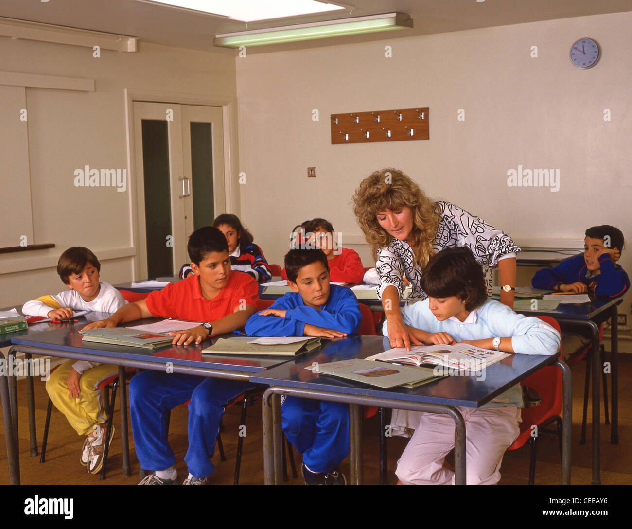 Primary school class with teacher, Surrey, England, United Kingdom - Stock Image