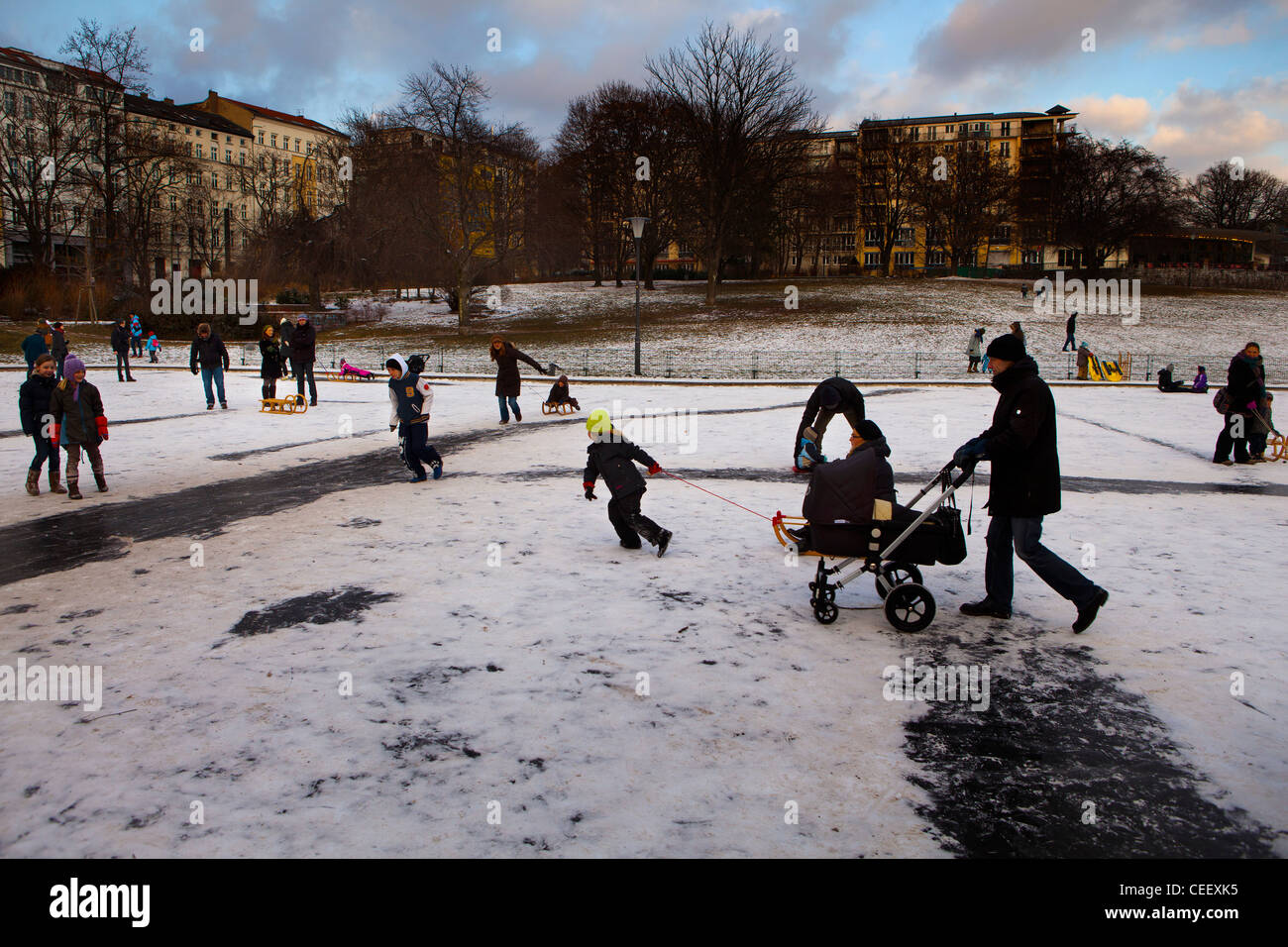 Kids skating on the frozen pond in the Volkspark in Weinberg, Berlin - Stock Image