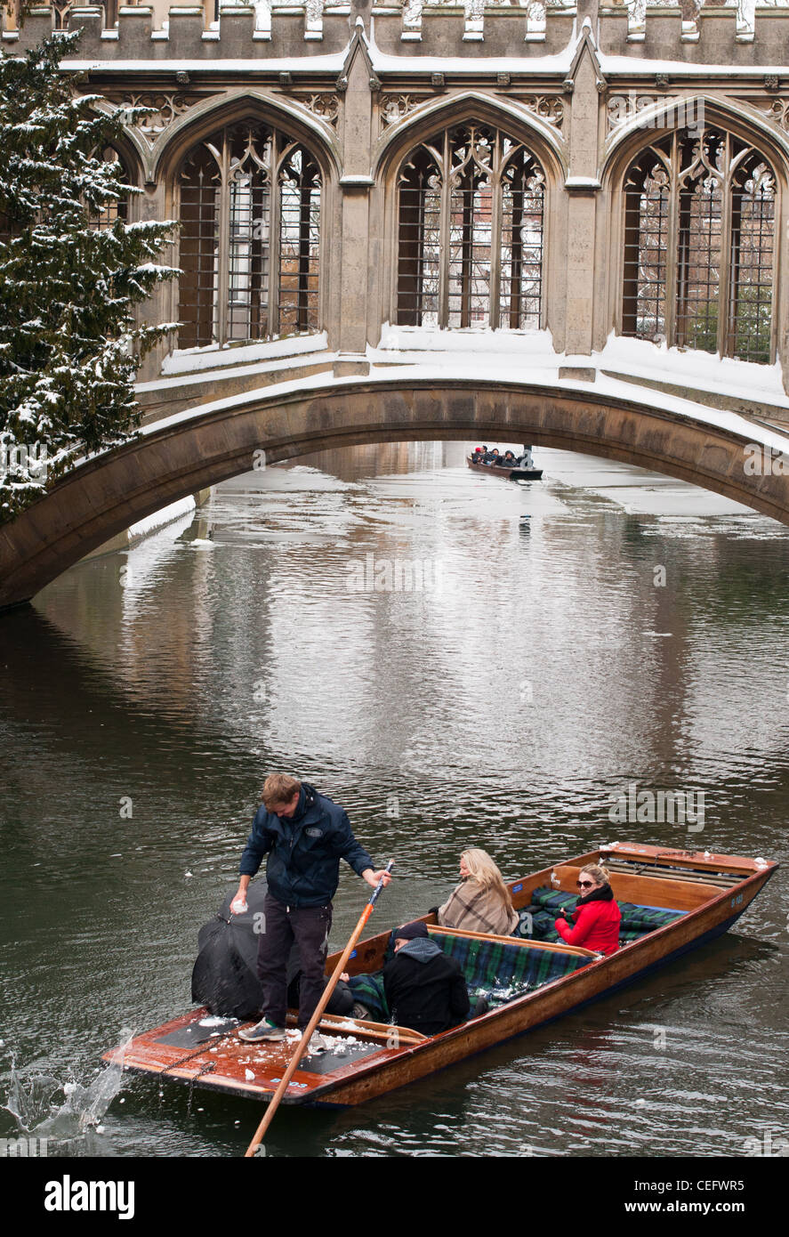 A punt comes under snowball attack at the Bridge of Sighs, St Johns College, Cambidge University, England. - Stock Image