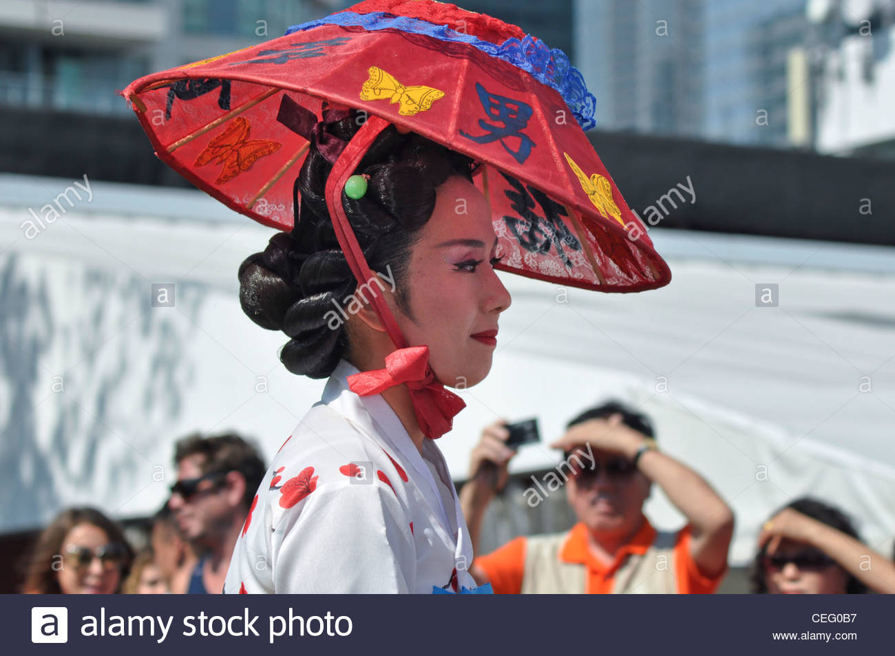 People looking a pretty Asian girl walking in a multicultural city like Toronto. Korean Dancer.Toronto: multicultural - Stock Image
