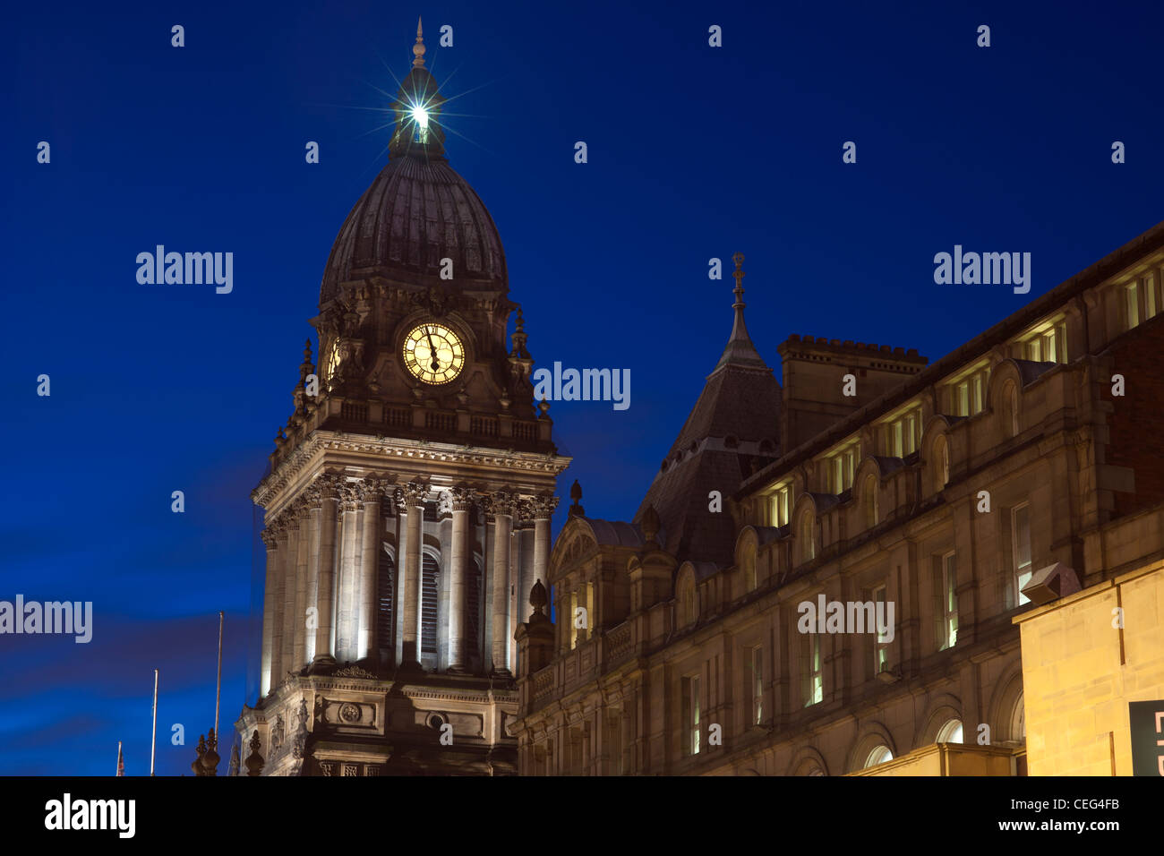 leeds town hall at twilight built in 1858 designed by cuthbert brodrick leeds yorkshire uk - Stock Image