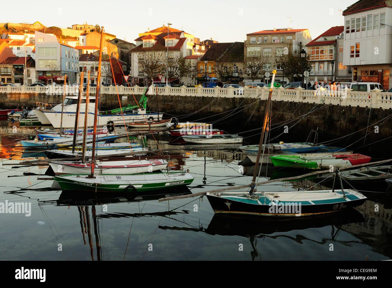 Fotografías hechas por nosotros mismos. - Página 21 Artisan-fishing-boats-in-carril-port-vilagarca-de-arousa-galicia-spain-CEG9EM