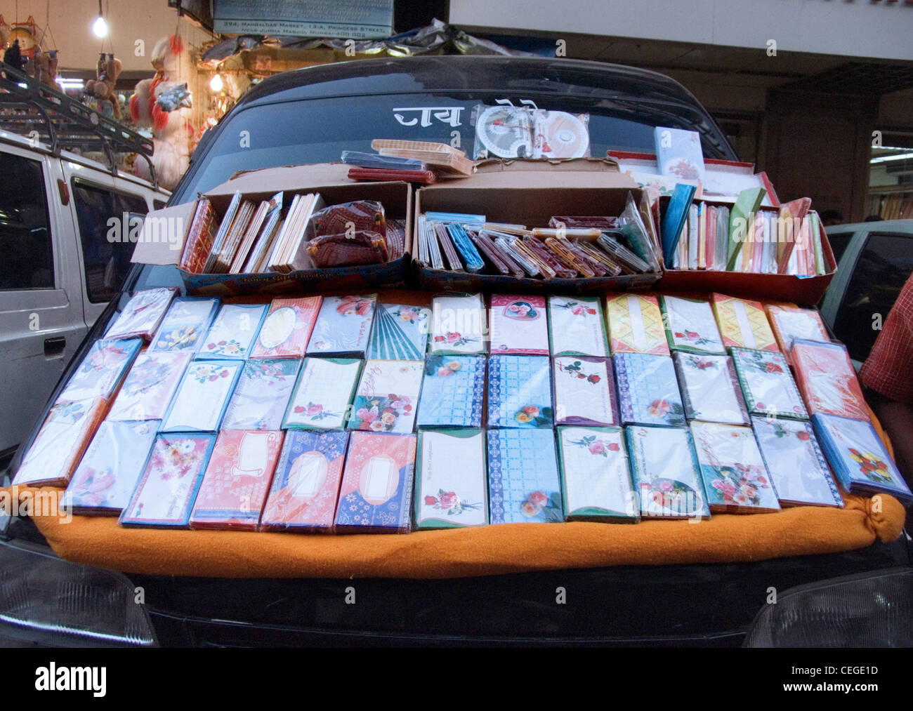 Street stall offering napkins over a car trunk, Mumbai, India - Stock Image