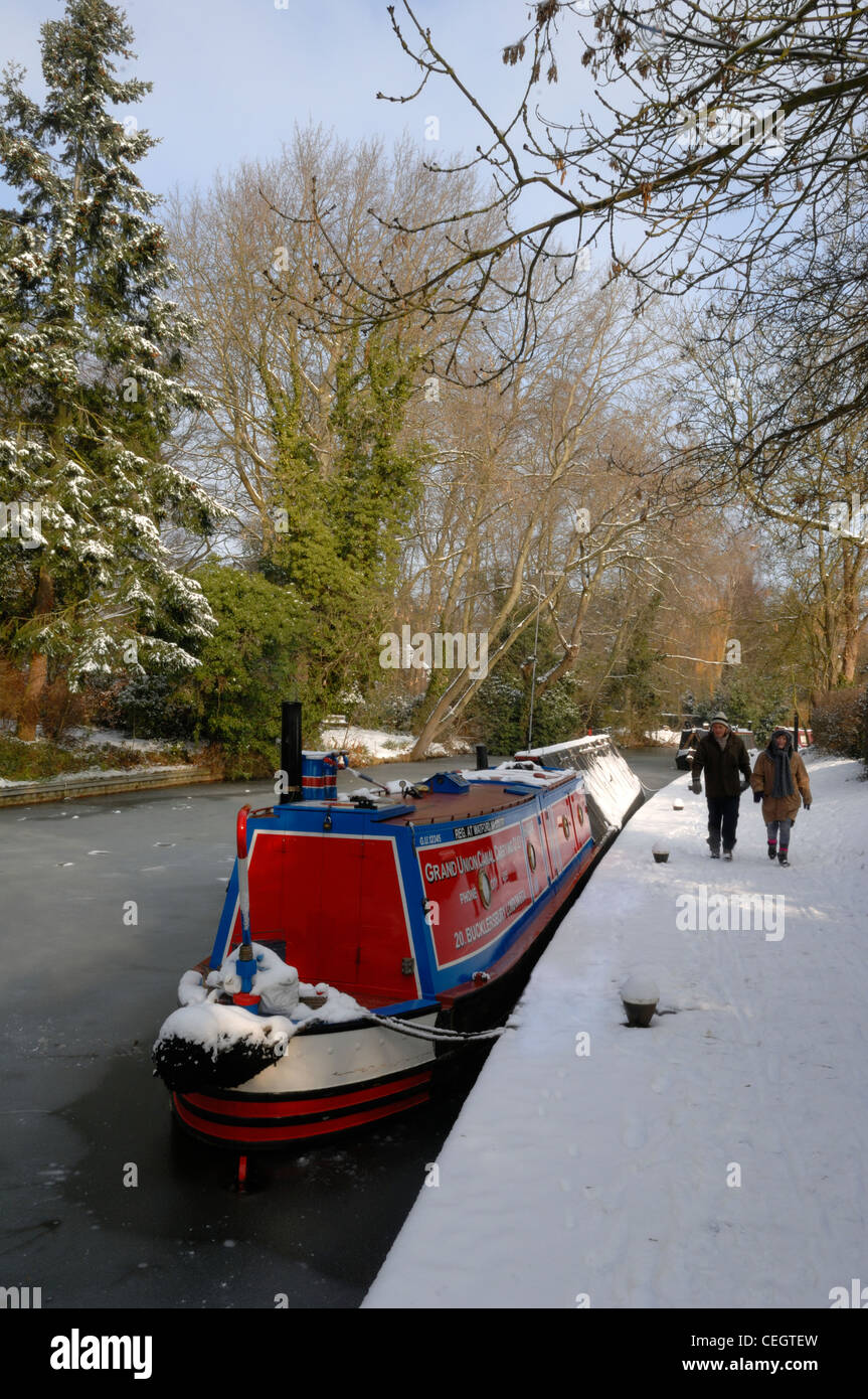 A couple walking the towpath at Union Wharf in the depths of winter - Stock Image