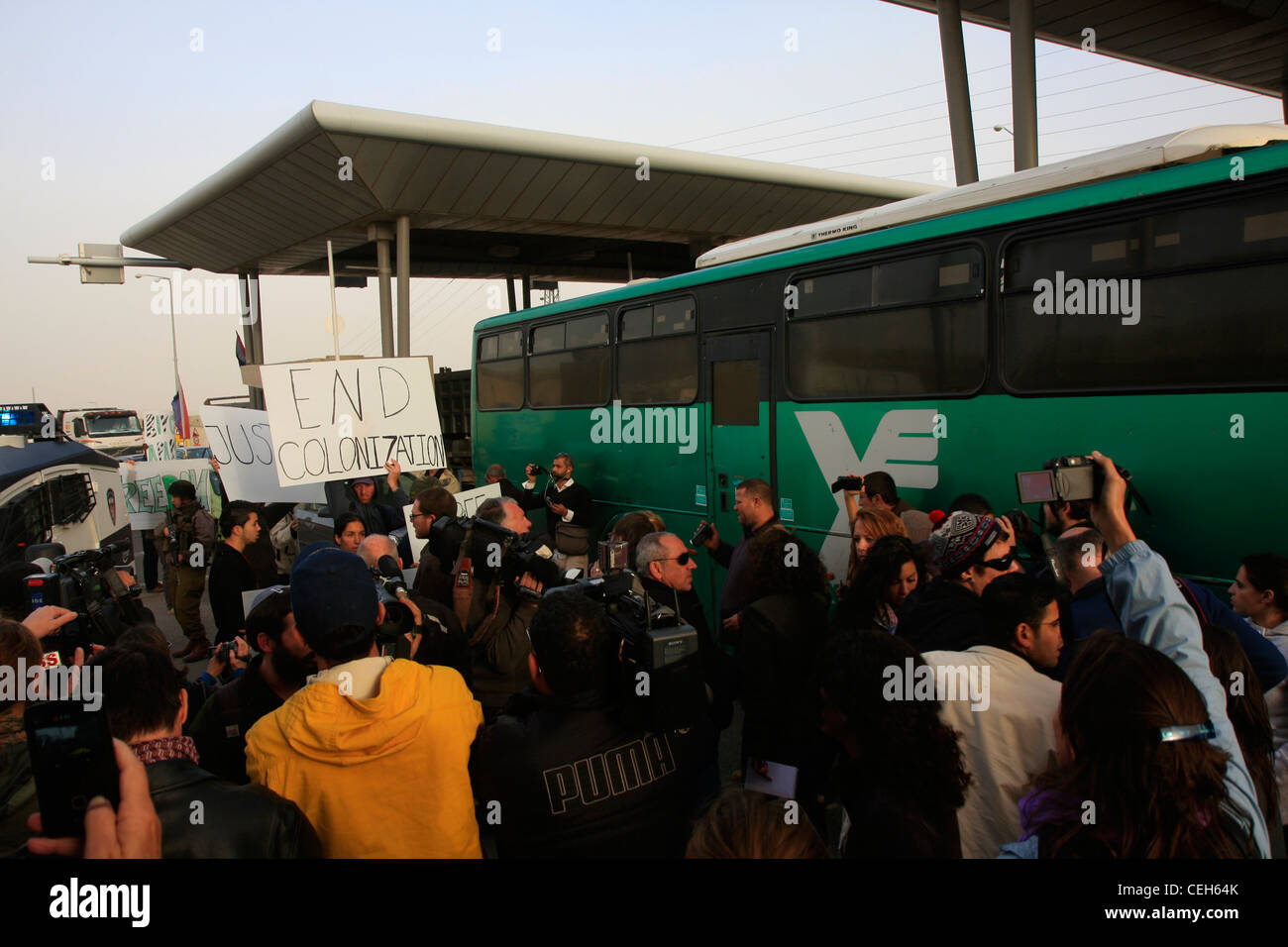 A crowd of activists gather to support the 'Freedom Riders' as they attempt to ride the bus to Jerusalem. - Stock Image