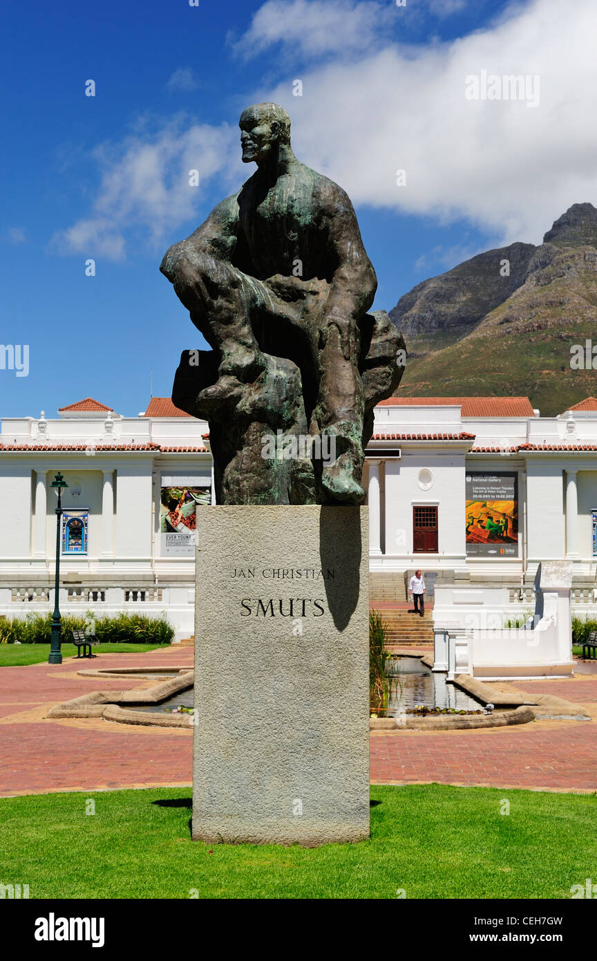 Statue of Jan Christian Smuts in Company's Garden with National Gallery in background, Cape Town, Western Cape, - Stock Image