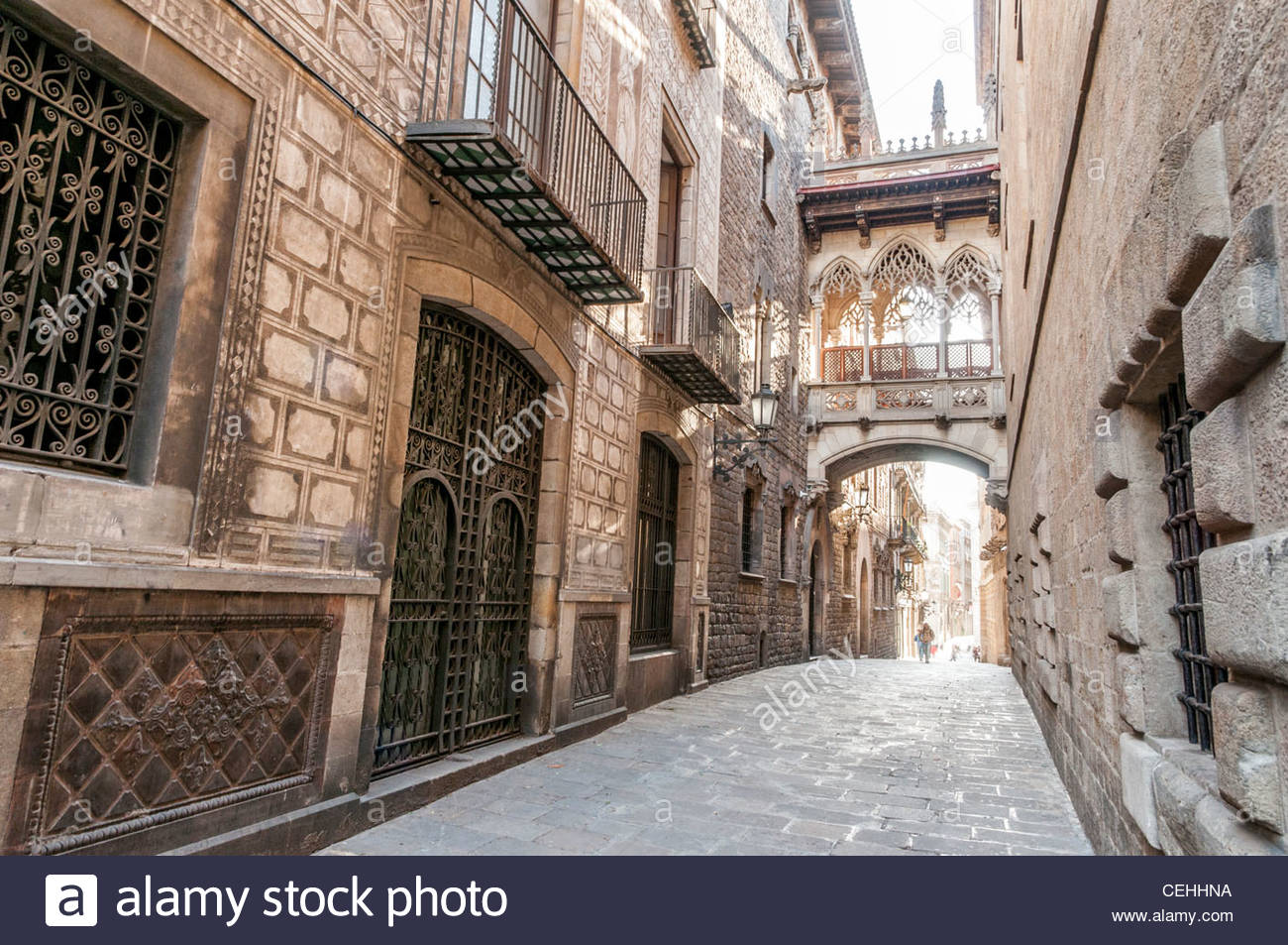 The bridge on Carrer del Bisbe in the Barri Gotic, Barcelona, Spain - Stock Image