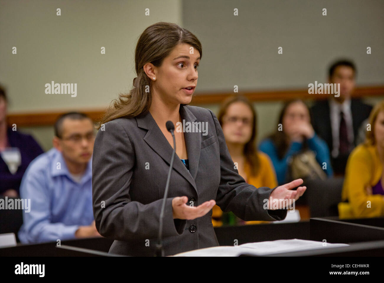 A student at the law school of the University of California at Irvine addresses a panel of judges at the moot court - Stock Image